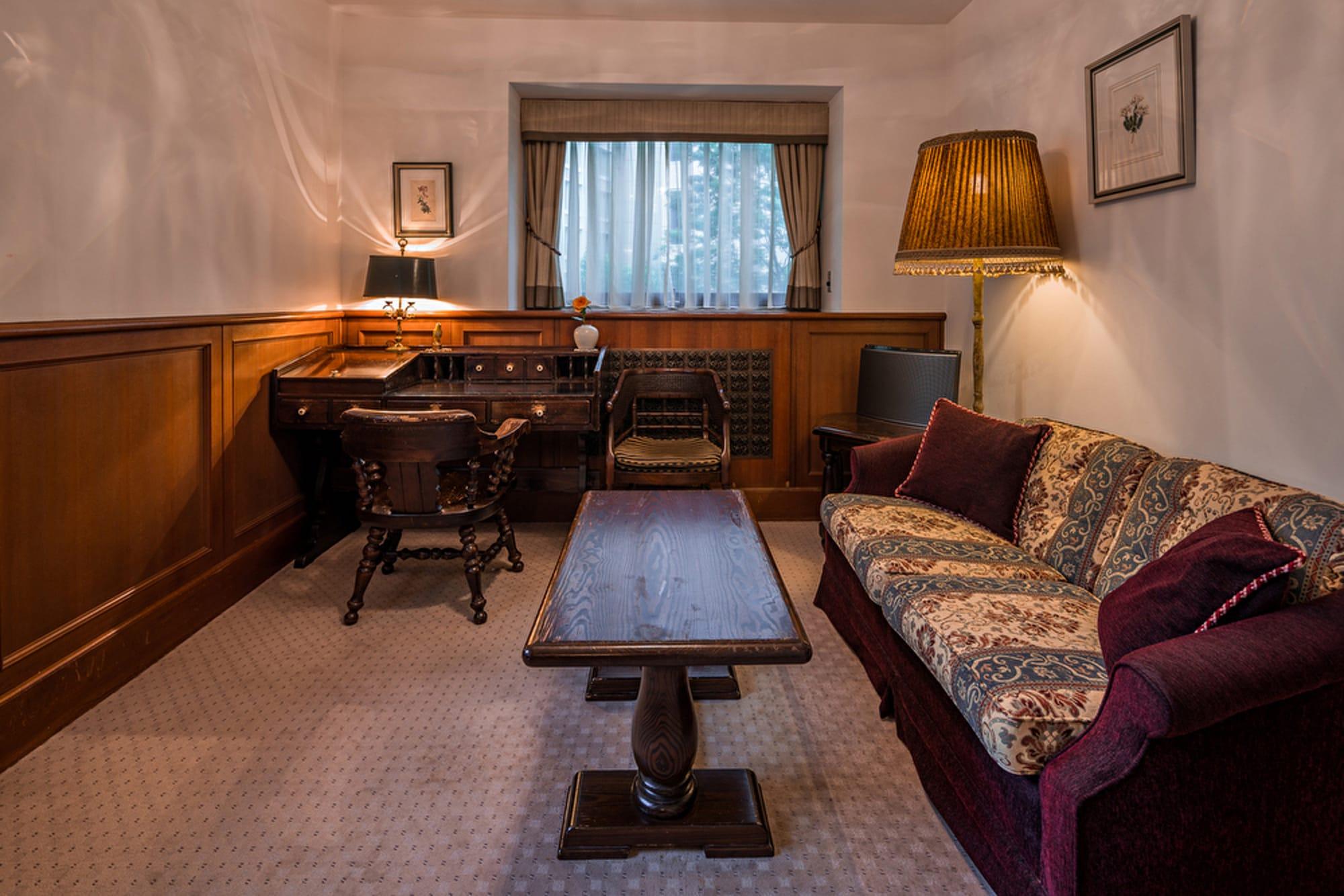 スイートルーム501号室。客室は、40年前の前回改修時のコンセプトをよく守り、今回のリニューアルでも手を加えていない。多くの文豪に好まれたままであるのがうれしい。1~2名 45,000円(税・サービス料別)