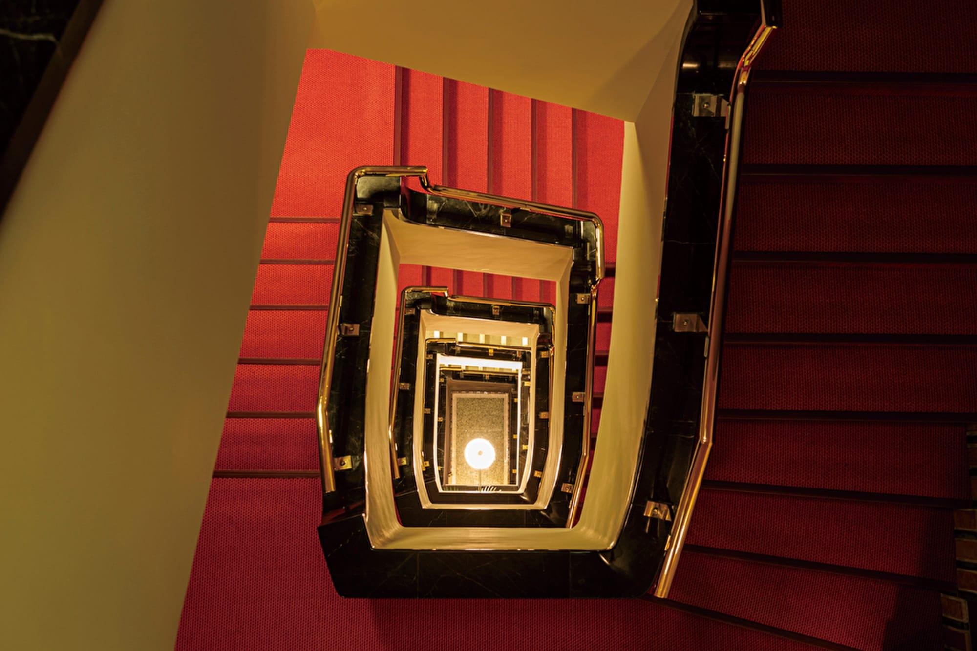 優美ならせん階段。一粒社ヴォーリズ建築事務所に残っていた設計図をもとに、 竣工当時の姿を取り戻した。