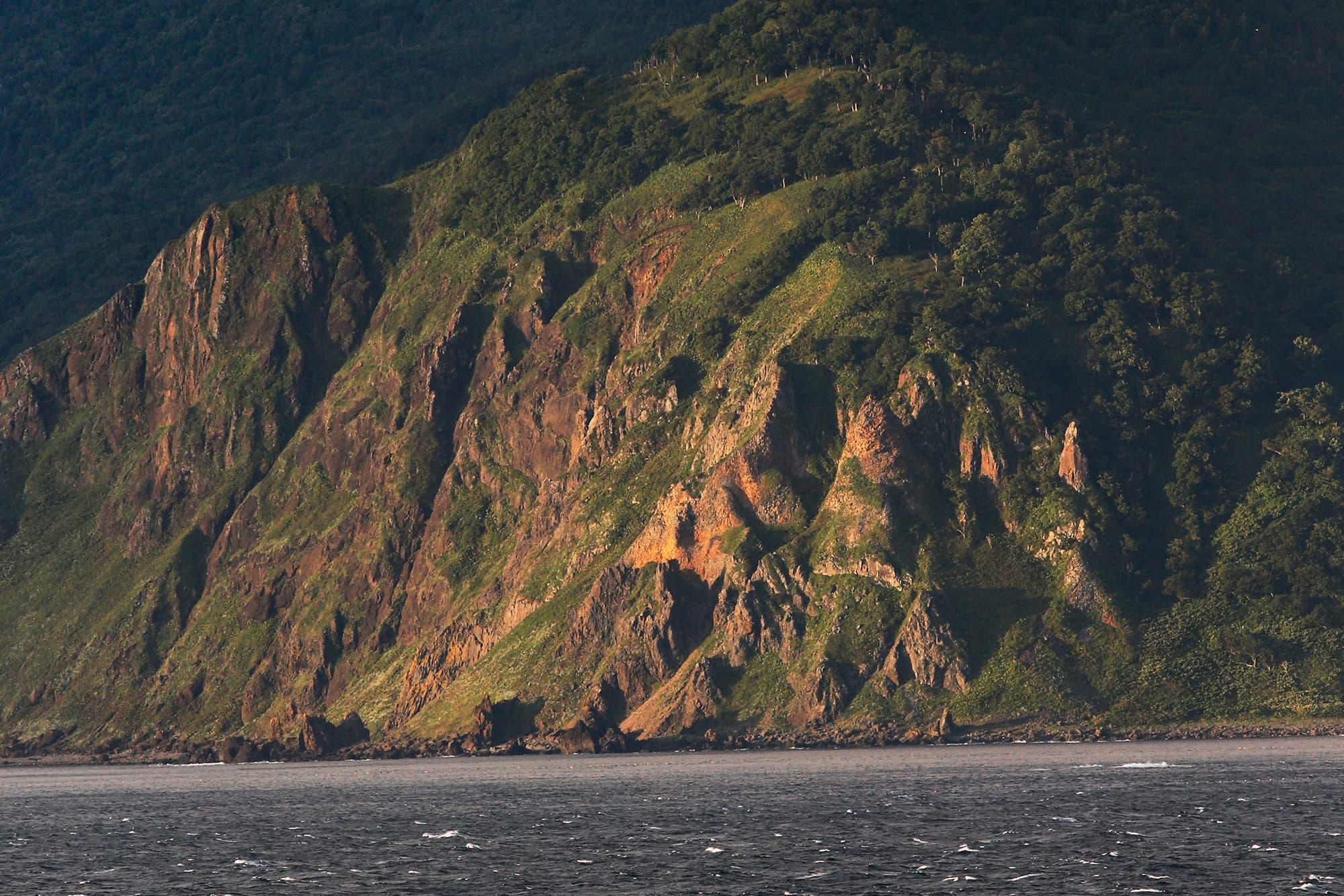 荒波に削られた断崖が多い知床岬