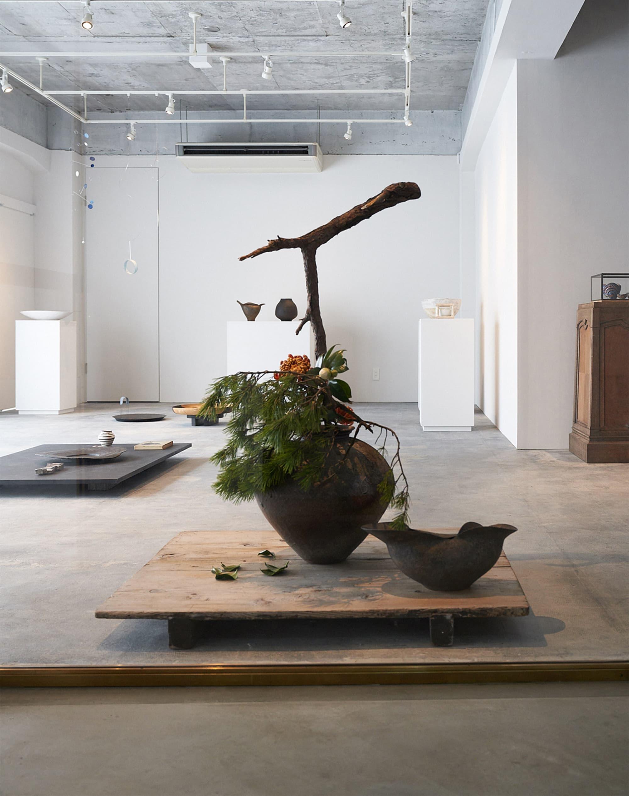 陶作品を中心に展示されるギャラリーと常設作品のショップスペースからなる「水犀」