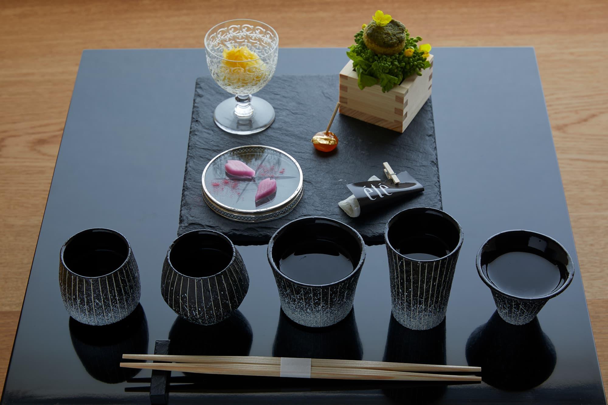酒の肴(アテ)とともに5種類の日本酒を楽しめる「日本酒体験」