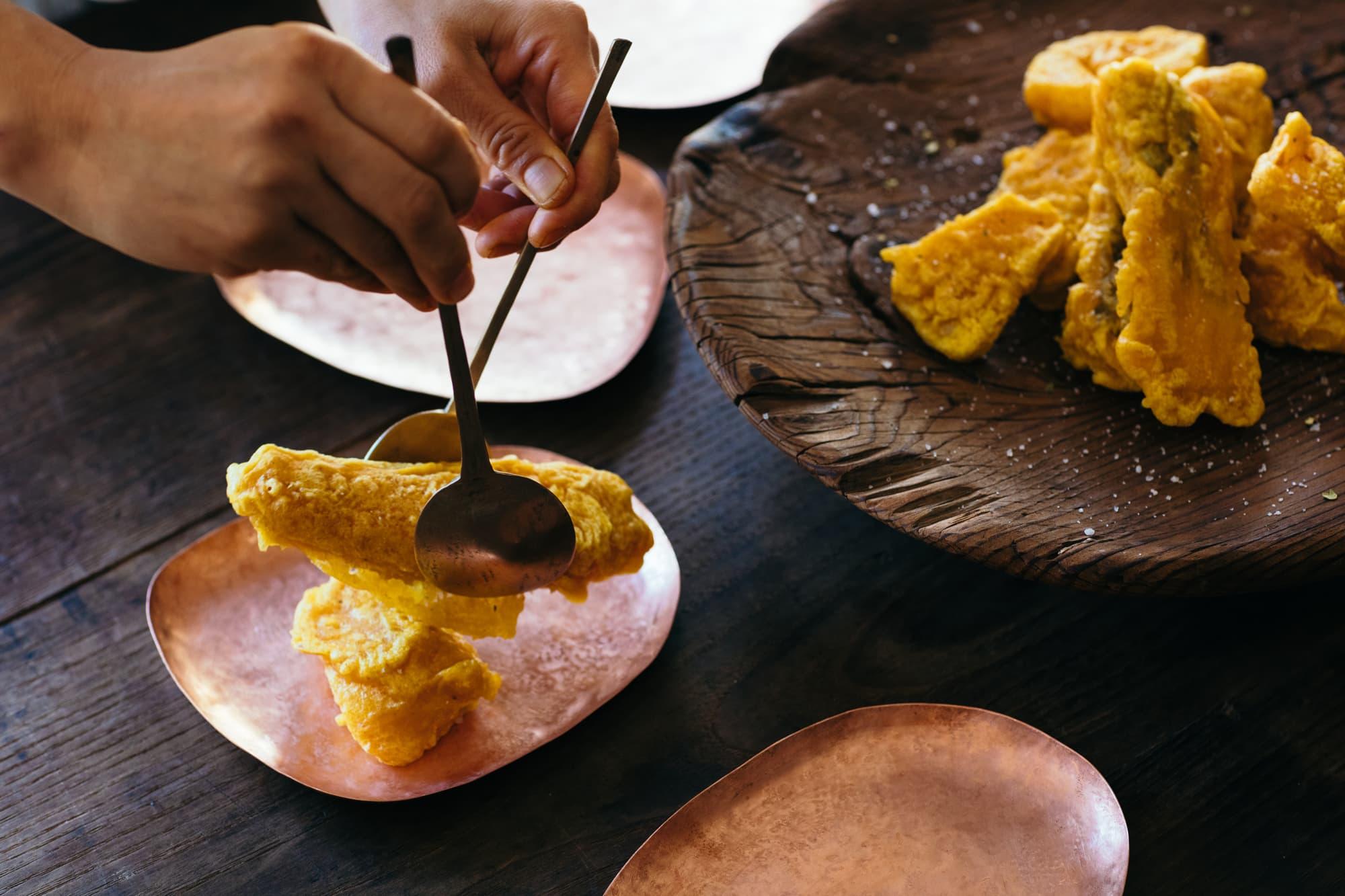 からし蓮根の衣を活用した、南国サーモンとパプリカの黄金揚げ