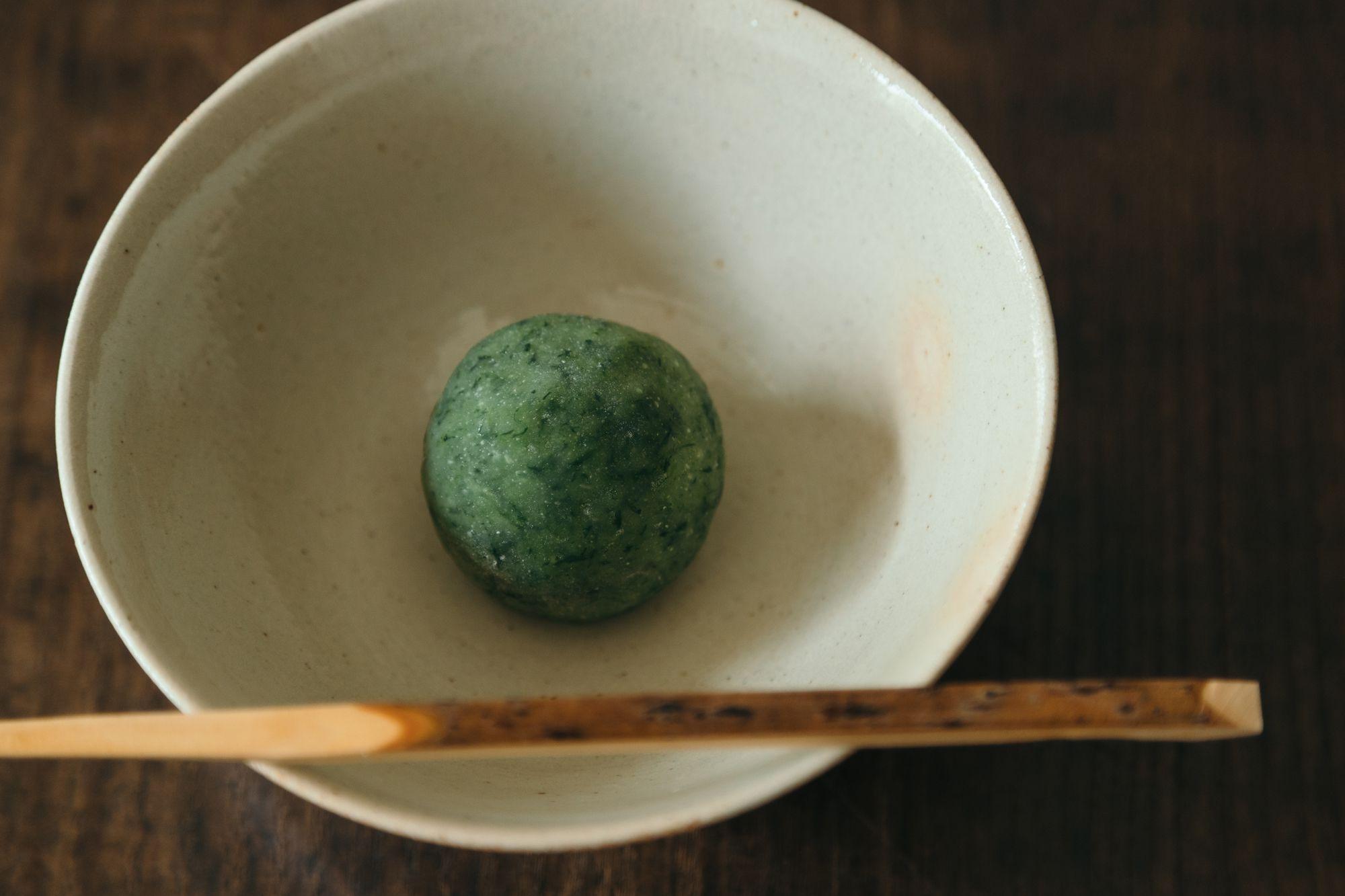 蓬(よもぎ)の新芽を摘み取って、餡には熊本の小豆を使った、香り豊かな蓮餅。