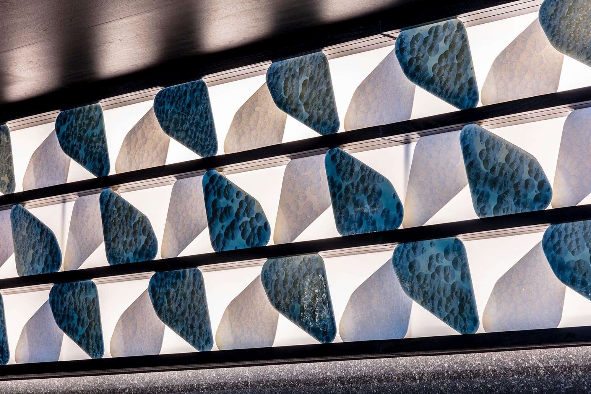 バーのバックカウンターの光に透ける陶板は京都の清水焼