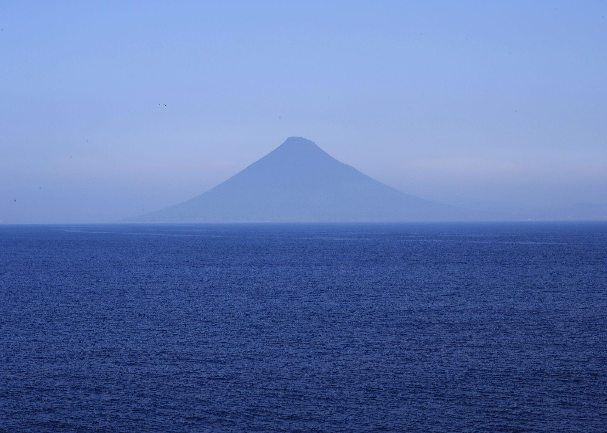 位於鹿儿岛县指宿市的开闻岳,因其圆锥状的姿态,被称为「萨摩富士」。