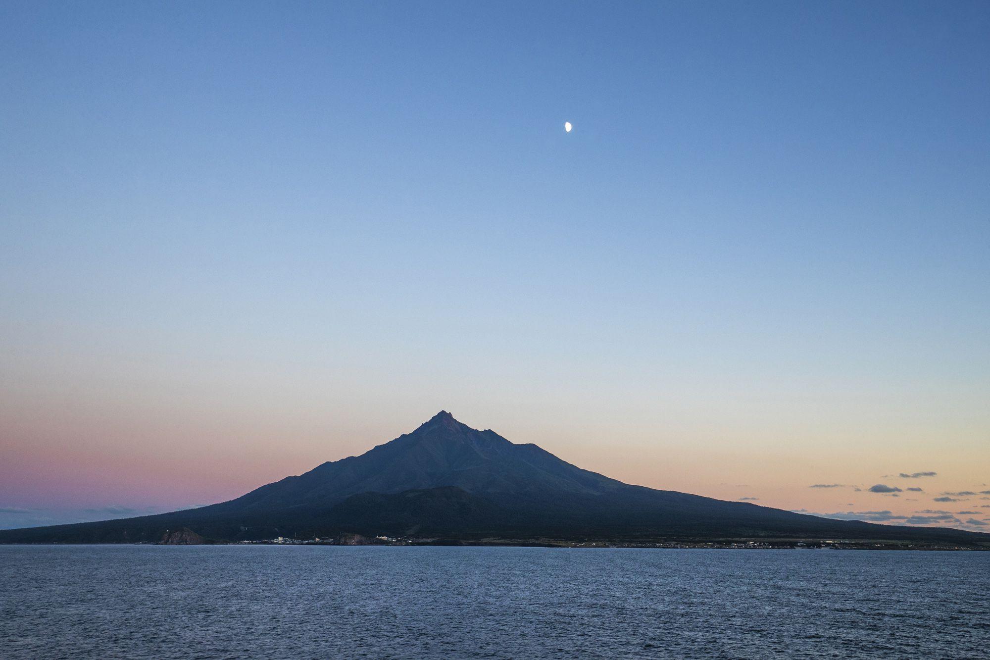 位於北海道利尻岛的利尻山又名「利尻富士」。由於利尻富士是一座四面环海的独立山峰,所以时常被云雾覆盖。难得一见的黎明之景。