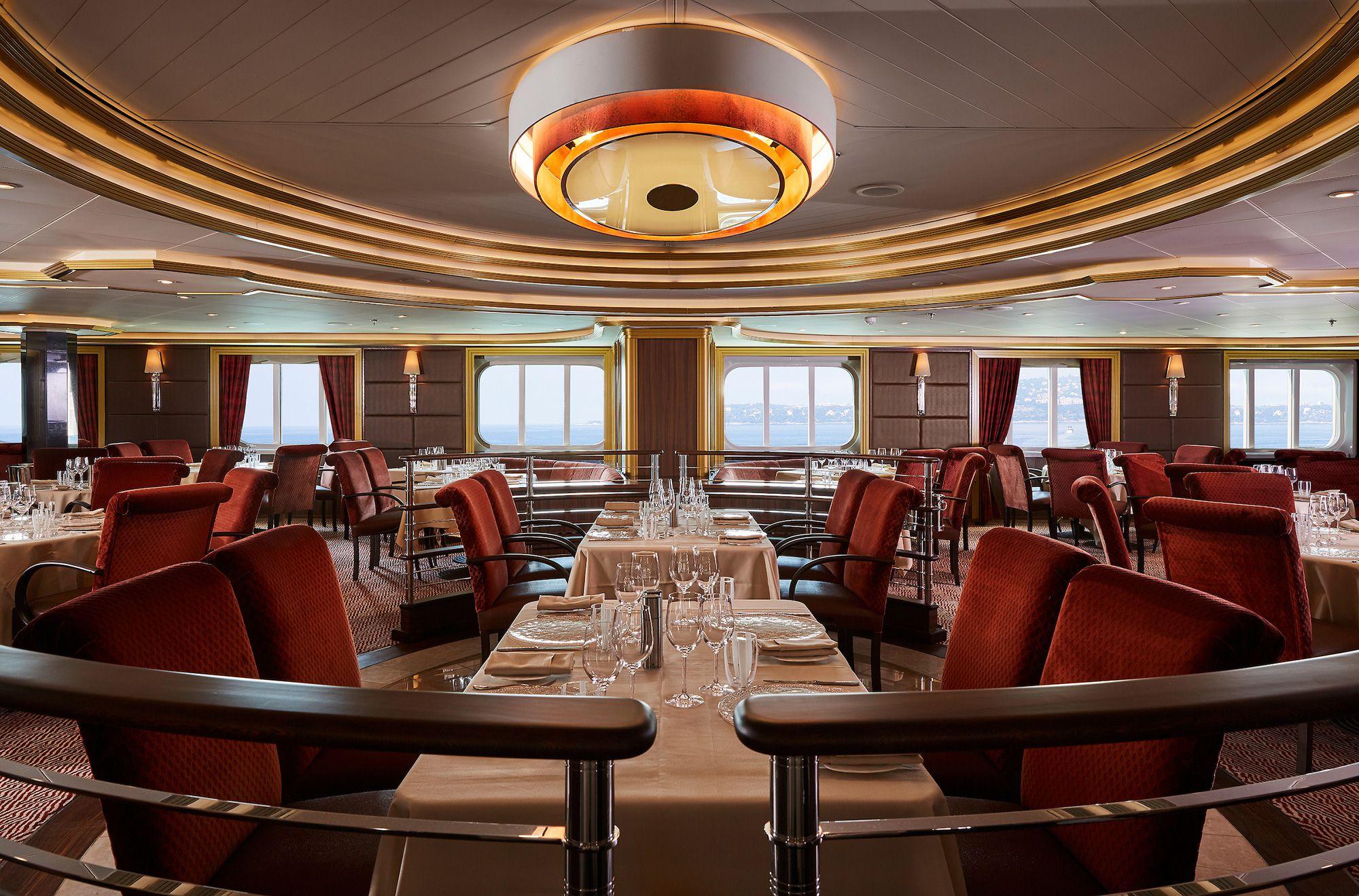 船内のレストラン、アトランティードではシーフード料理が楽しめる ©シルバーシー・クルーズ 日本支社