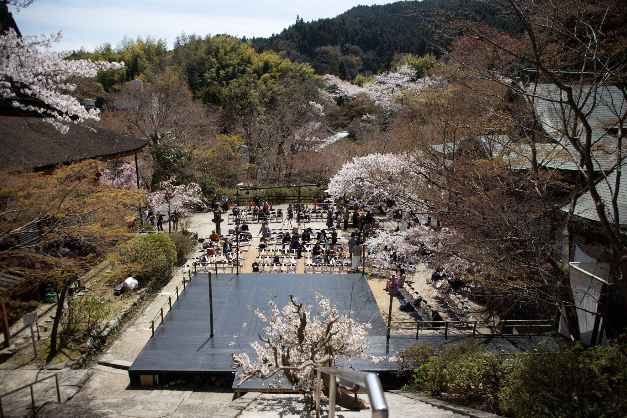 蹴鞠の庭に、能舞台の準備が整った。移動式能舞台の設計は、いけばな作家の辻雄貴。
