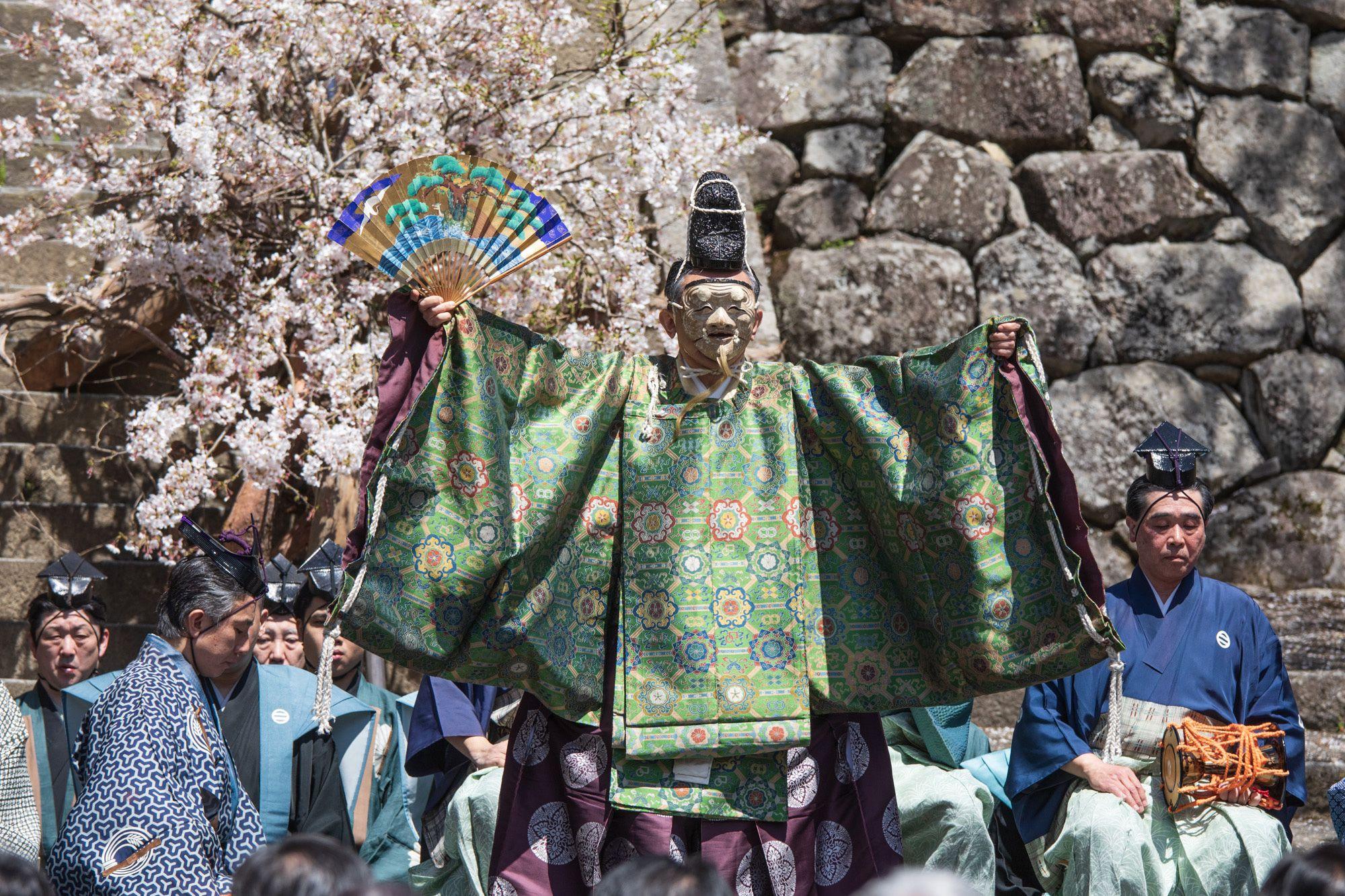 二十六世観世宗家による「翁」の本面(オリジナル)をかけて演じられた舞台。面は宗家に伝わる弥勒の作。弥勒は「十作」と呼ばれる、傑出した面の作者の一人だ。