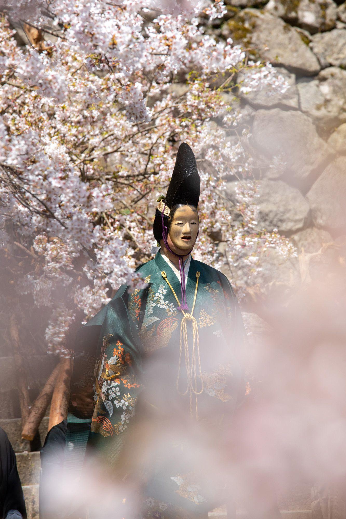 百万は生き別れた子供と再会し、喜びと共に舞いおさめる。百万に桜の花びらが散りかかり、白昼ながら幽玄の世界に引き込まれる。
