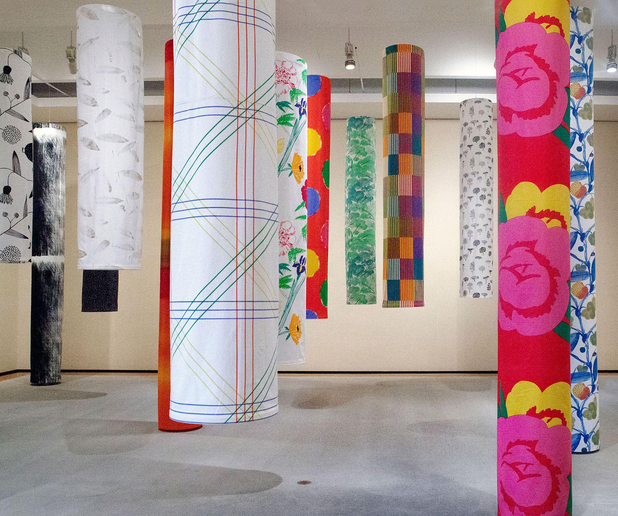 昨年10月~12月に開催された、愛媛県美術館「石本藤雄展-マリメッコの花から陶の実へ-」での展示の様子。石本藤雄デザインのテキスタイルが並ぶ。