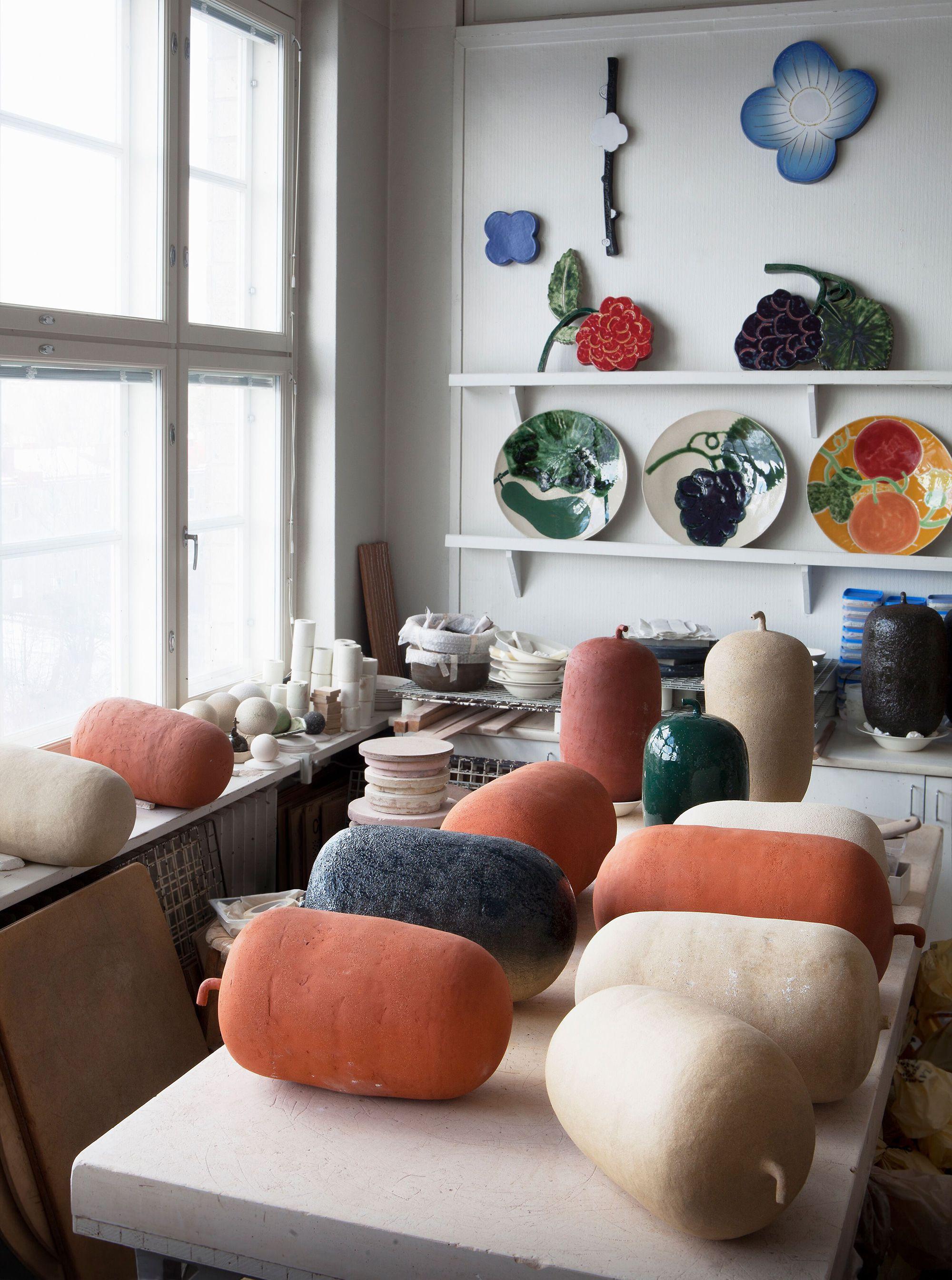 石本の工房には多くの作品が並んでいる。