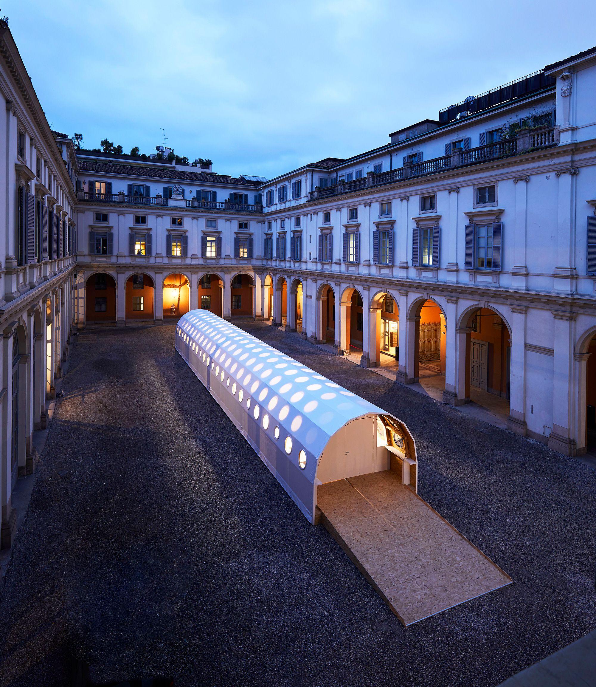 Louis Vuitton パラッツォ・セルベローニの中庭では坂 茂 の「Paper Temporary Structure 」(紙の仮設構造物)が展示された。©︎ Stephane Muratet