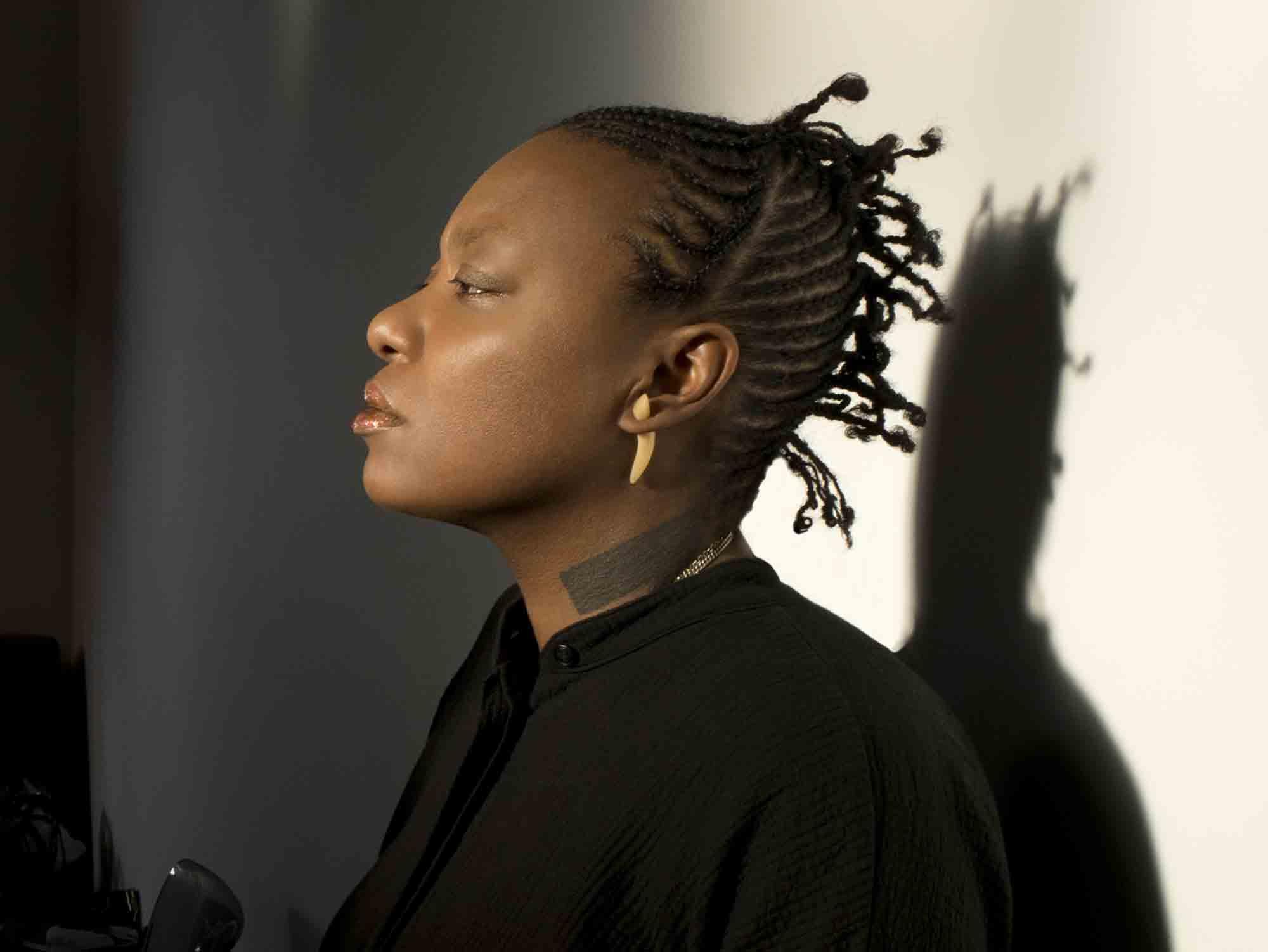 スワヒリ語で「鳥のように自由」という意味の名を持つ旧西ドイツ出身の女性ベーシスト、ミシェル・ンデゲオチェロ