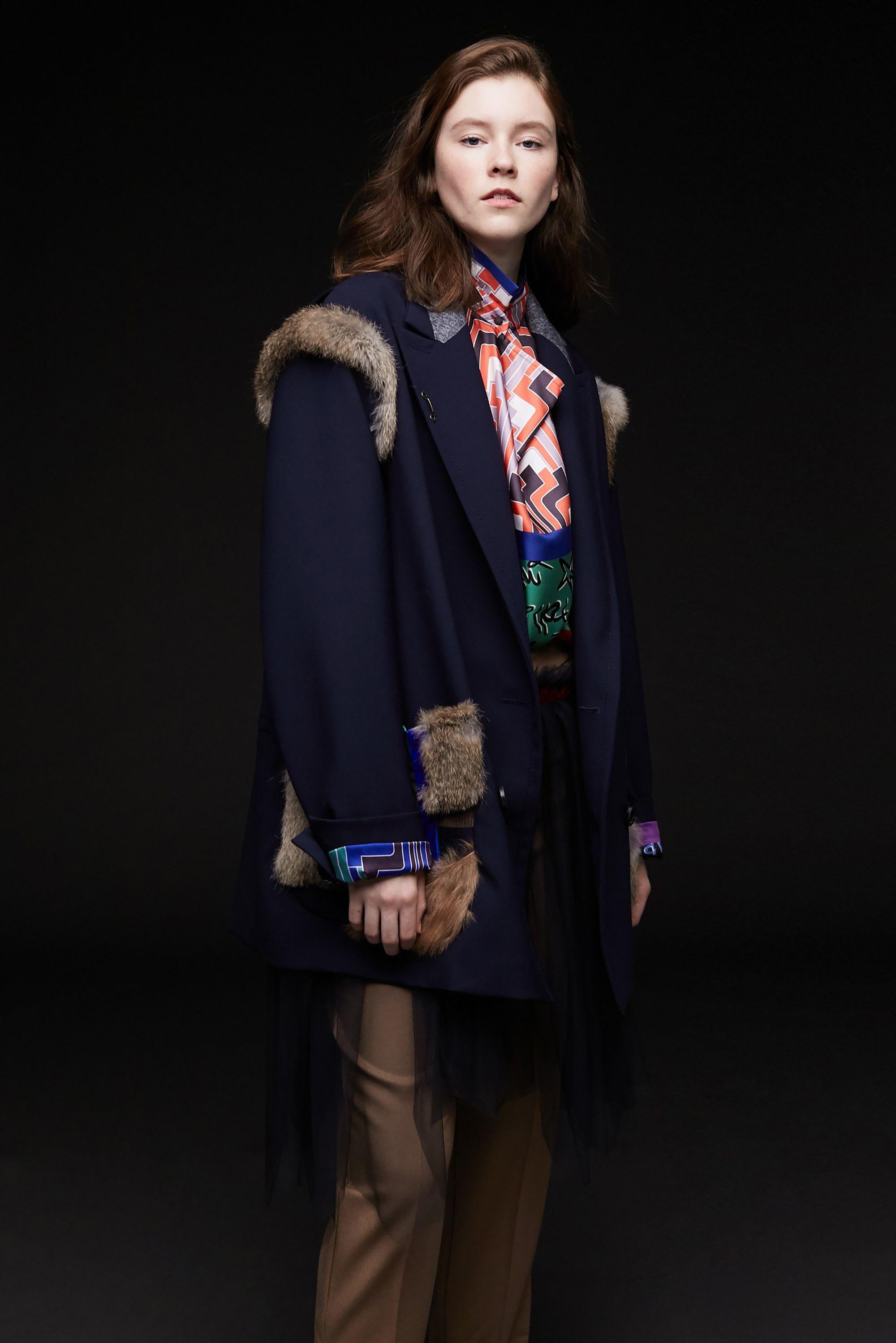 誇張されたシルエットにファーをパッチワークのようにあしらったジャケット。マスキュリンな印象のパンツにはフェミニンなチュールをプラスしている