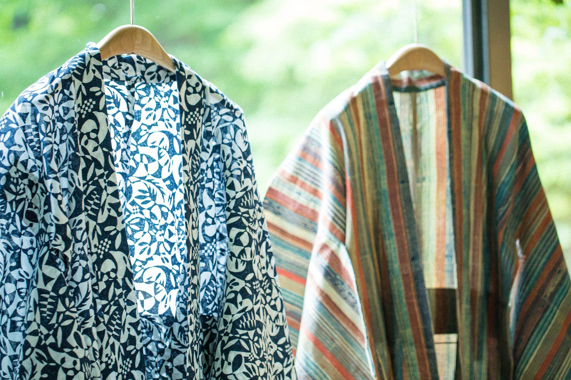 繊細な植物柄や多色使いのストライプにババグーリらしさがあふれる浴衣。ストライプはインドの染色工場で現地の伝統的な草木染めによって、糸から丁寧に染められている。左木版染(反物)56,160円 右木版染(反物)54,000円(すべて税込)