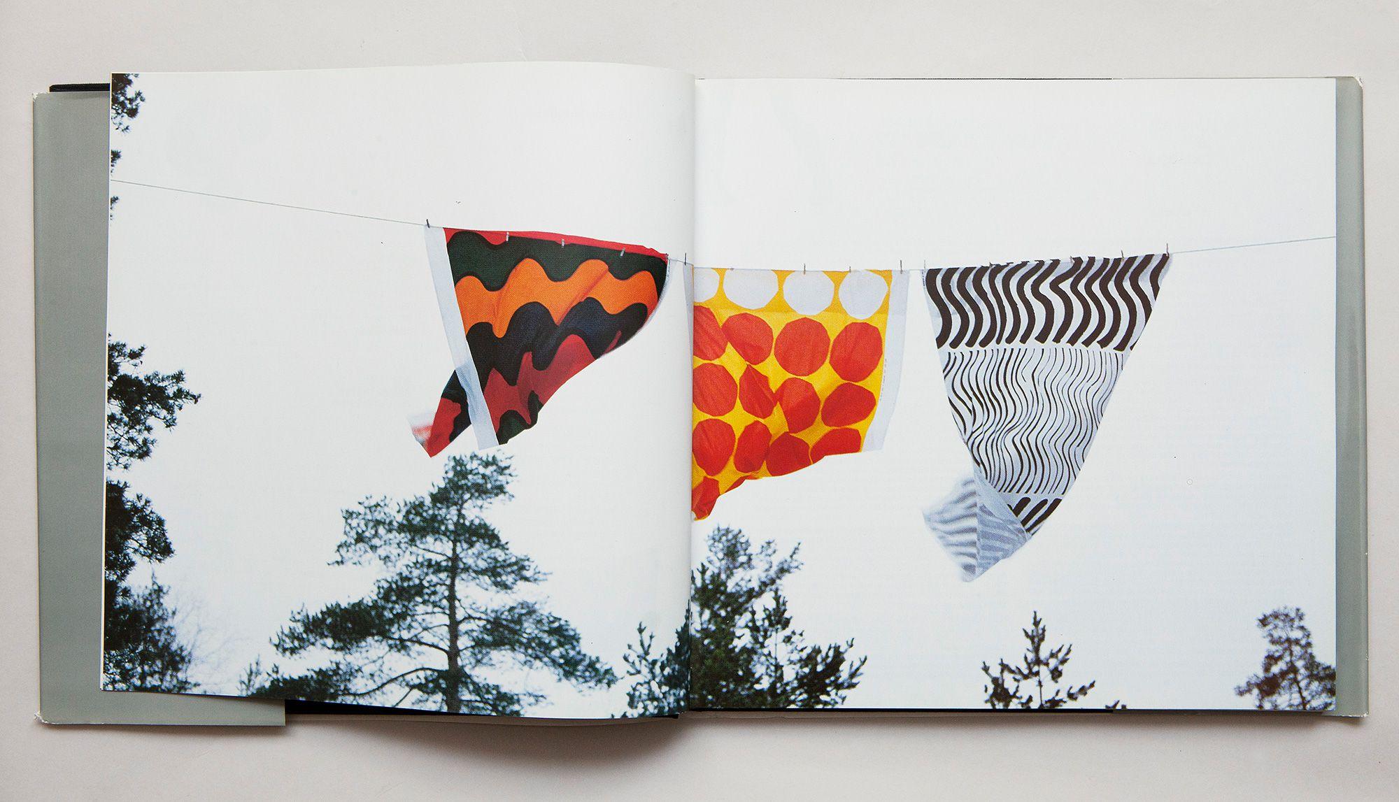 鈴木のテキスタイルデザインの転機になったともいえる写真。写真集「Marimekkoilmiö」(Weilin+Göös)1986年より。