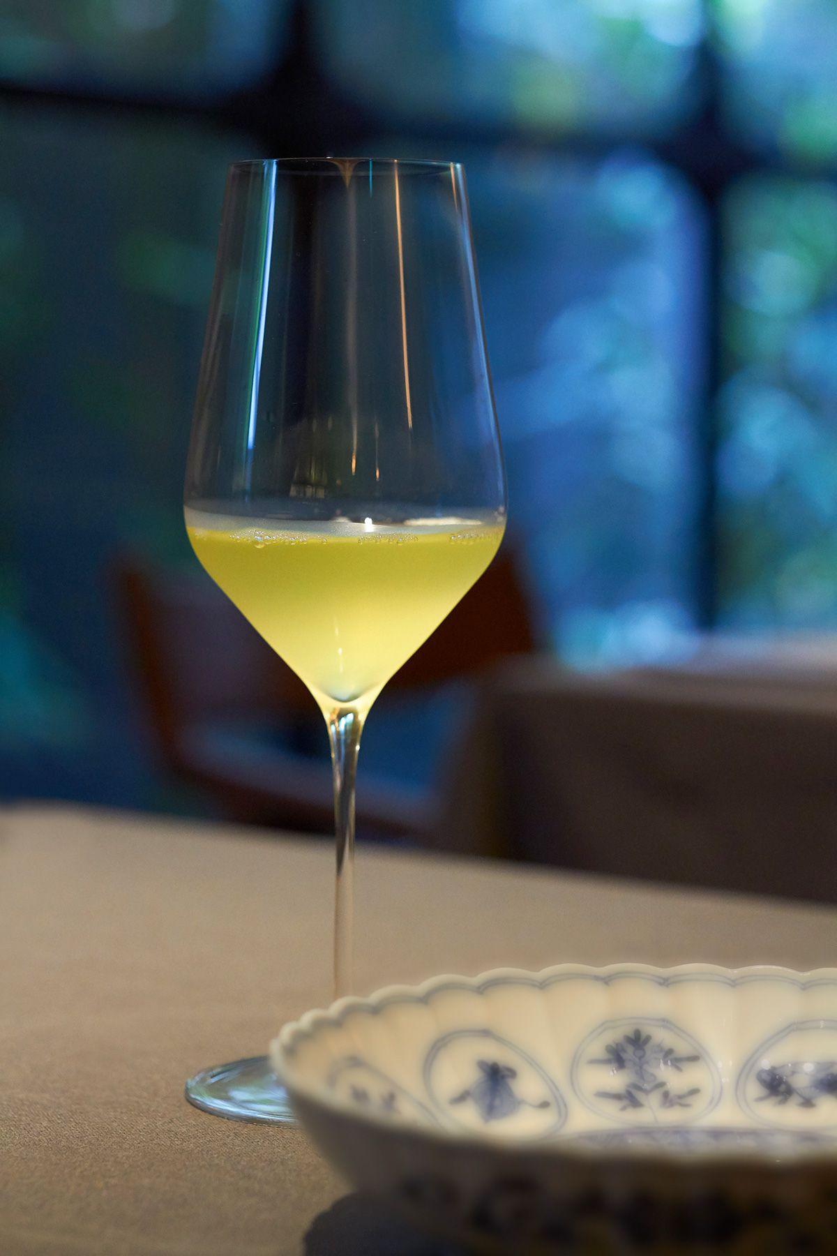 冷茶はワイングラスで出される。グラスの形のおかげで香りがよくわかる。この日の冷茶は京都の玉露だった。