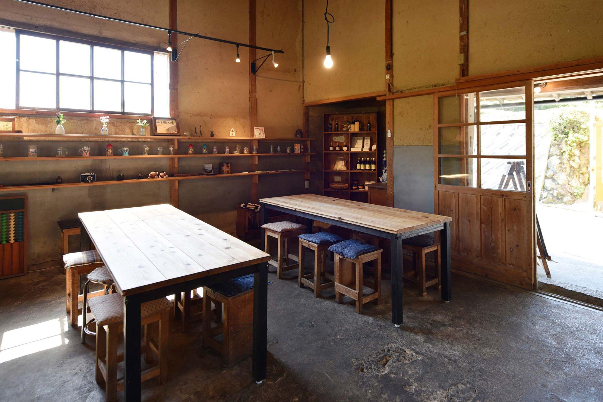 懐かしい空気の漂う店内には、風情のある木の机と椅子が並んでいる。