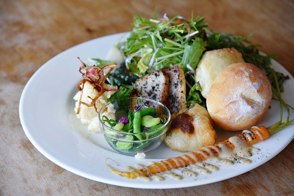 鰆のフリット、自家製ハーブポークと野菜、自家製パンを盛り合わせたランチメニュー「デリカテッセン」。