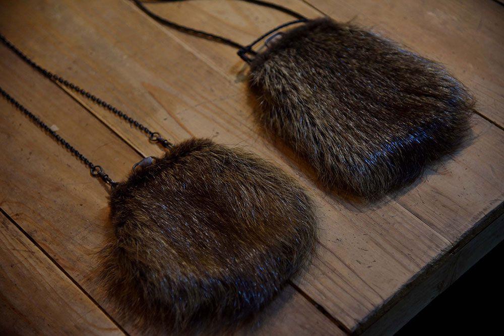 野性的な毛並みやツヤがユニークな、イノシシの毛で作られたポーチ。