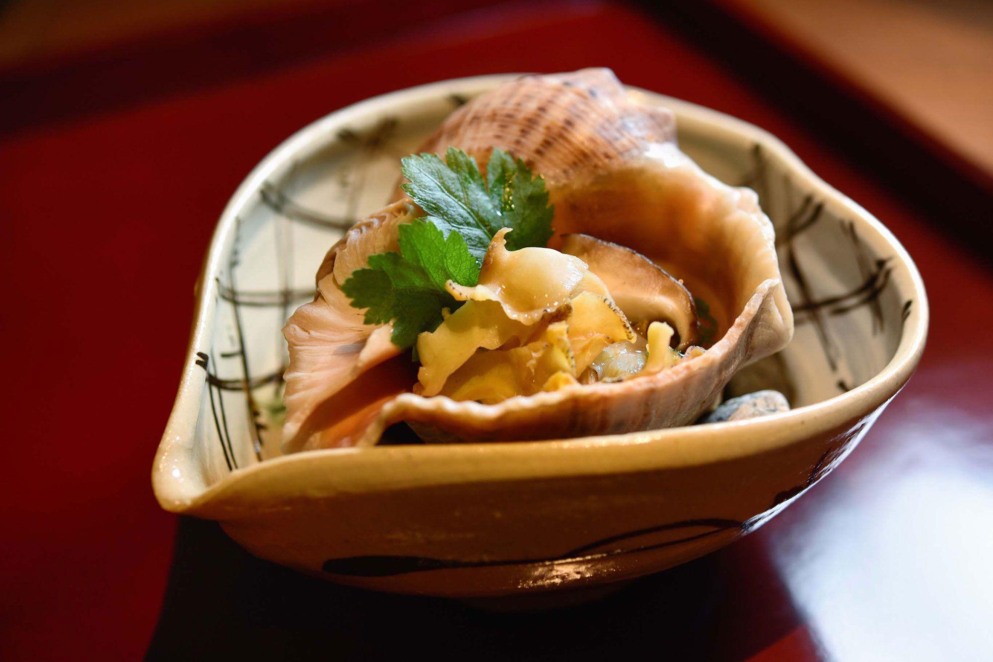瀬戸内海で採れた「にし貝」。貝の出汁をまとったそうめんが下に隠れている。