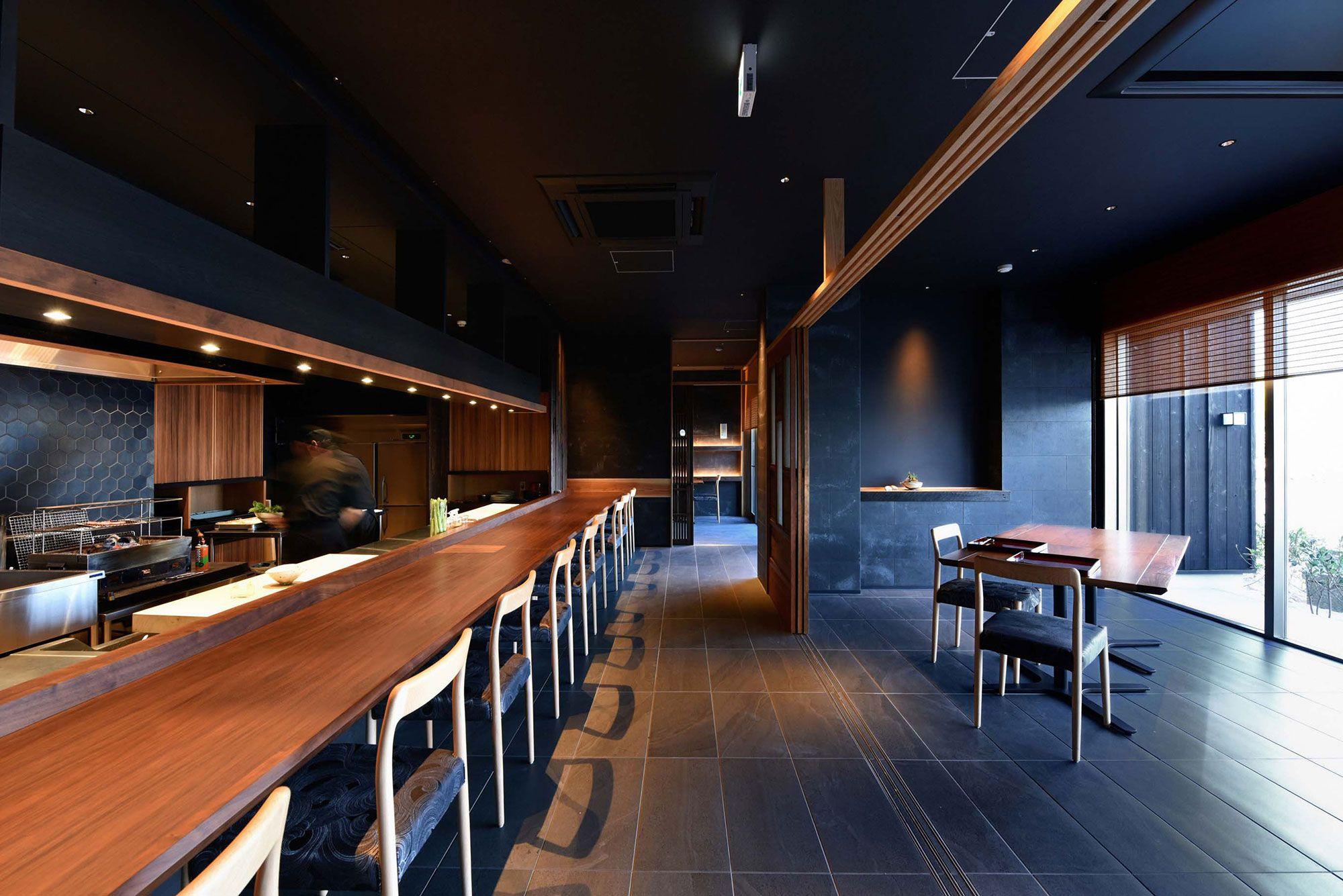 広々としたオープンキッチン、海が見渡せるモダンなレストラン。