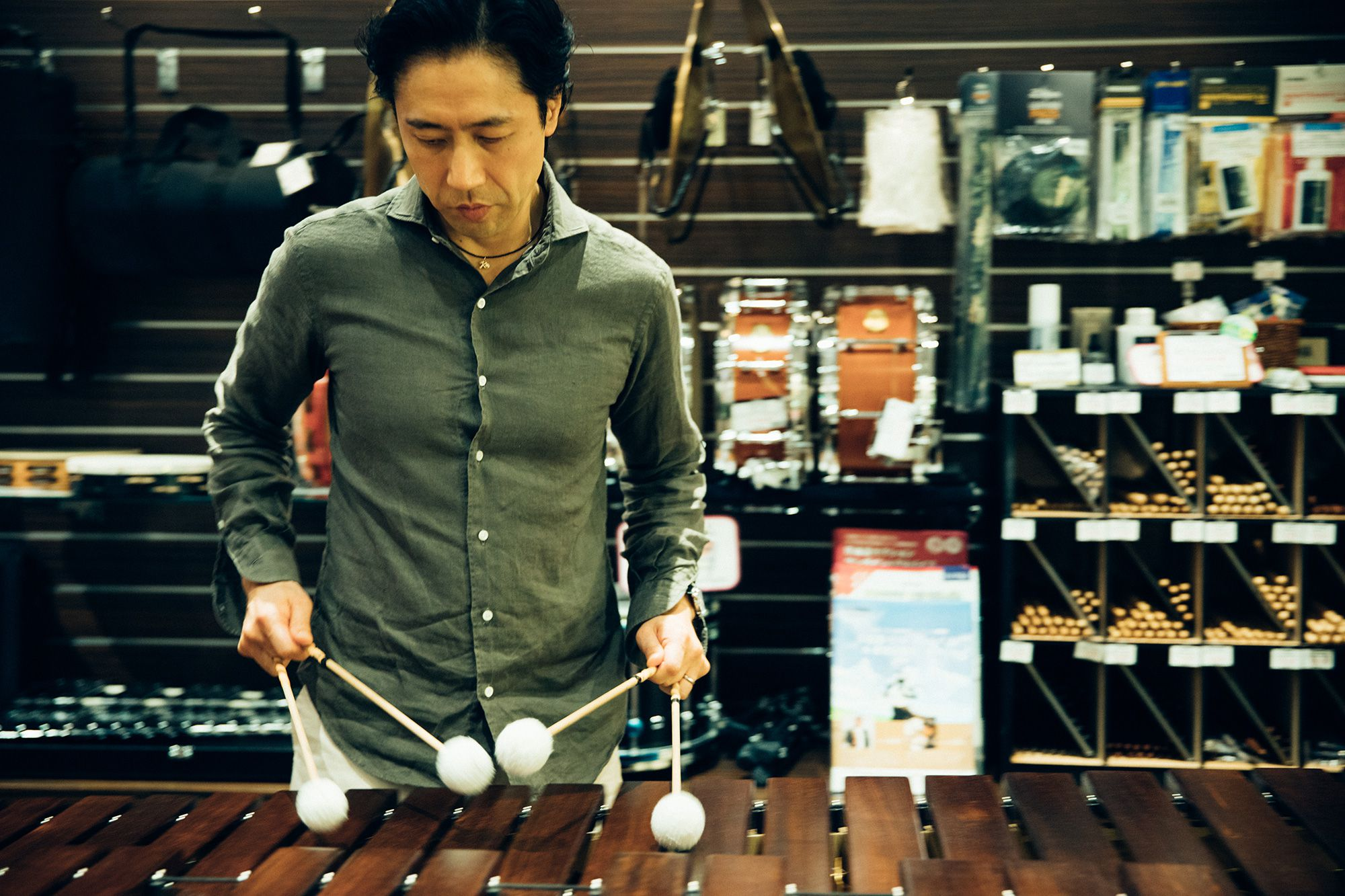マリンバを試奏する小森さん。店内に心地よい音が広がる。