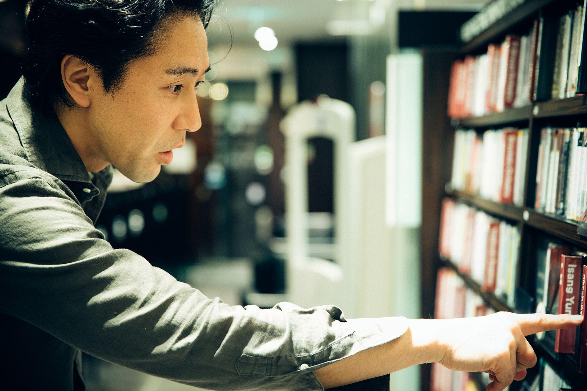 「現代音楽のCDも豊富で、いつも発見があるんです」と熱心にお目当てを探す。