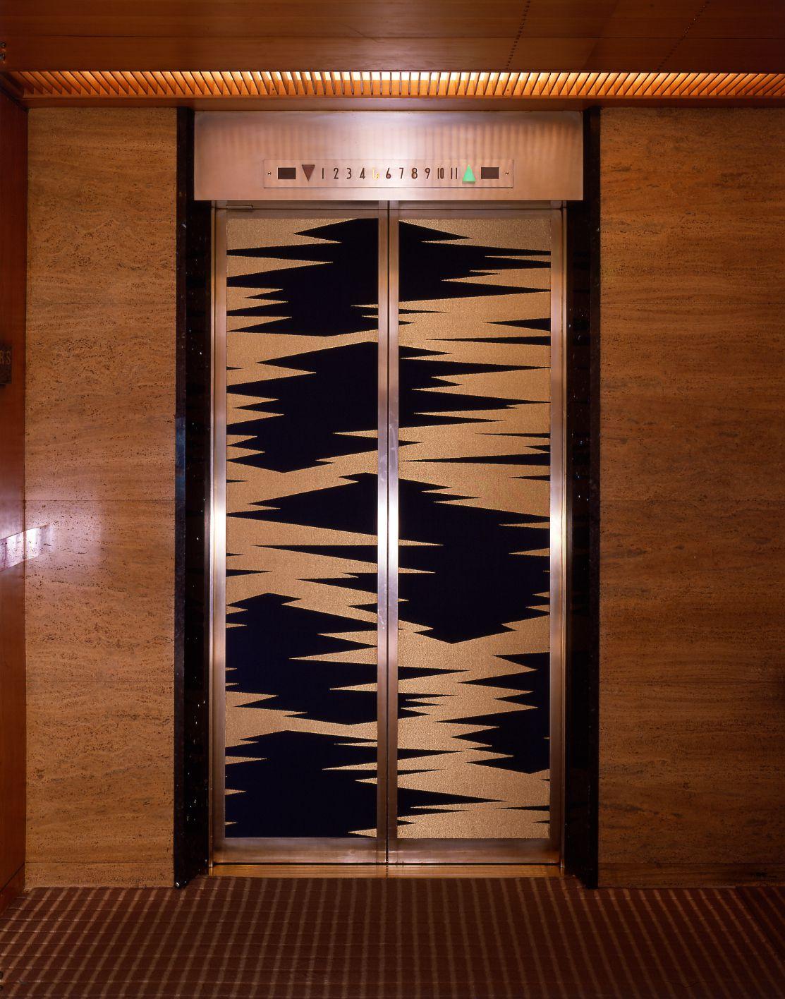 以「錦張」裝飾的電梯,類菱紋樣取材於大倉家的家紋「五階菱」。
