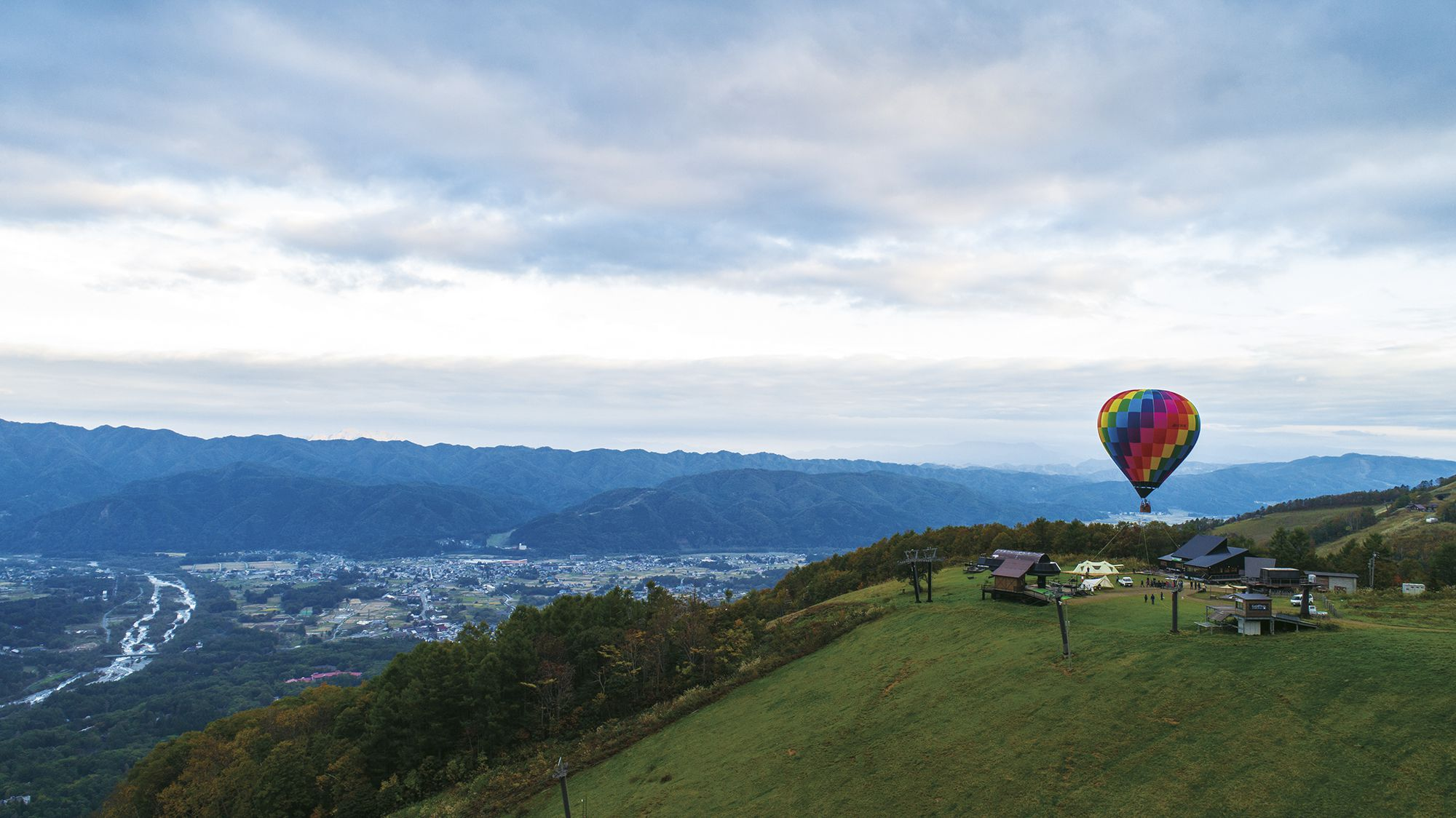 熱気球から雄大な北尾根高原を眺める贅沢なアクティビティもオプションで用意している。