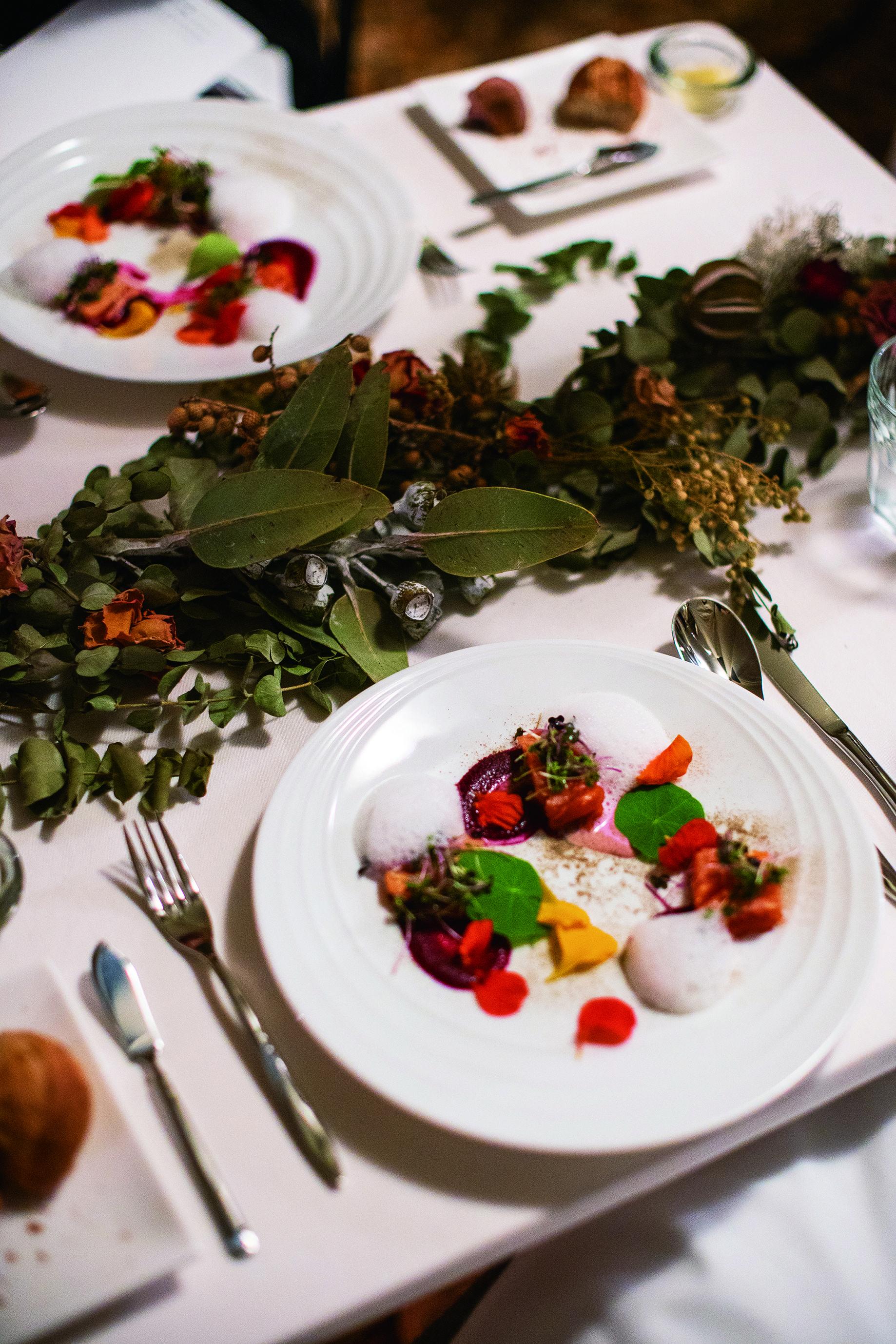 信州産の食材を使った創作料理、地元産のワインをマッチングするディナー。色づいた木の実や木の葉など、自然の恵みを使ったグランピングらしいテーブルコーディネート。