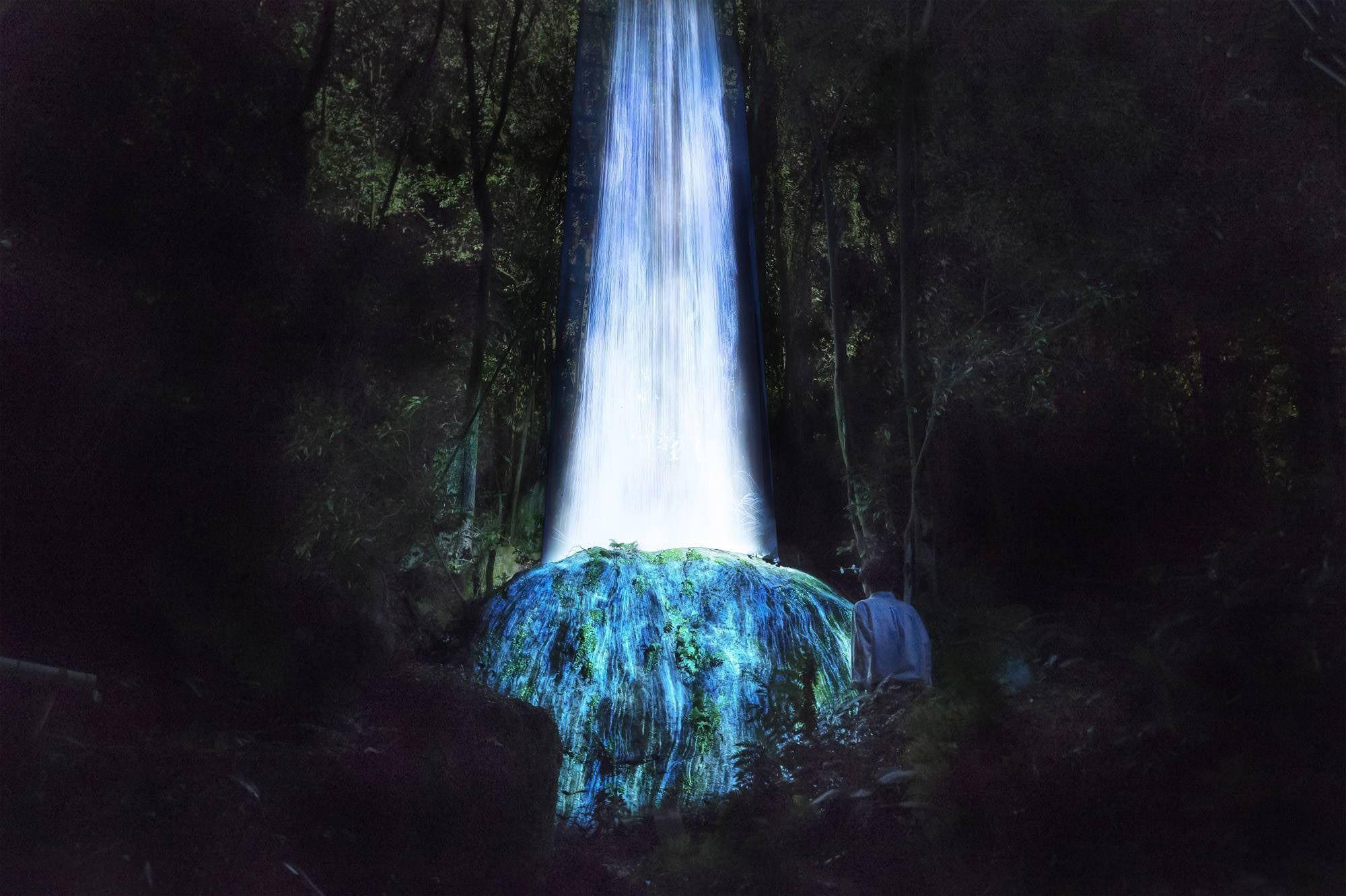 かみさまの御前なる岩に憑依する滝/ Universe of Water Particles on a Sacred Rock