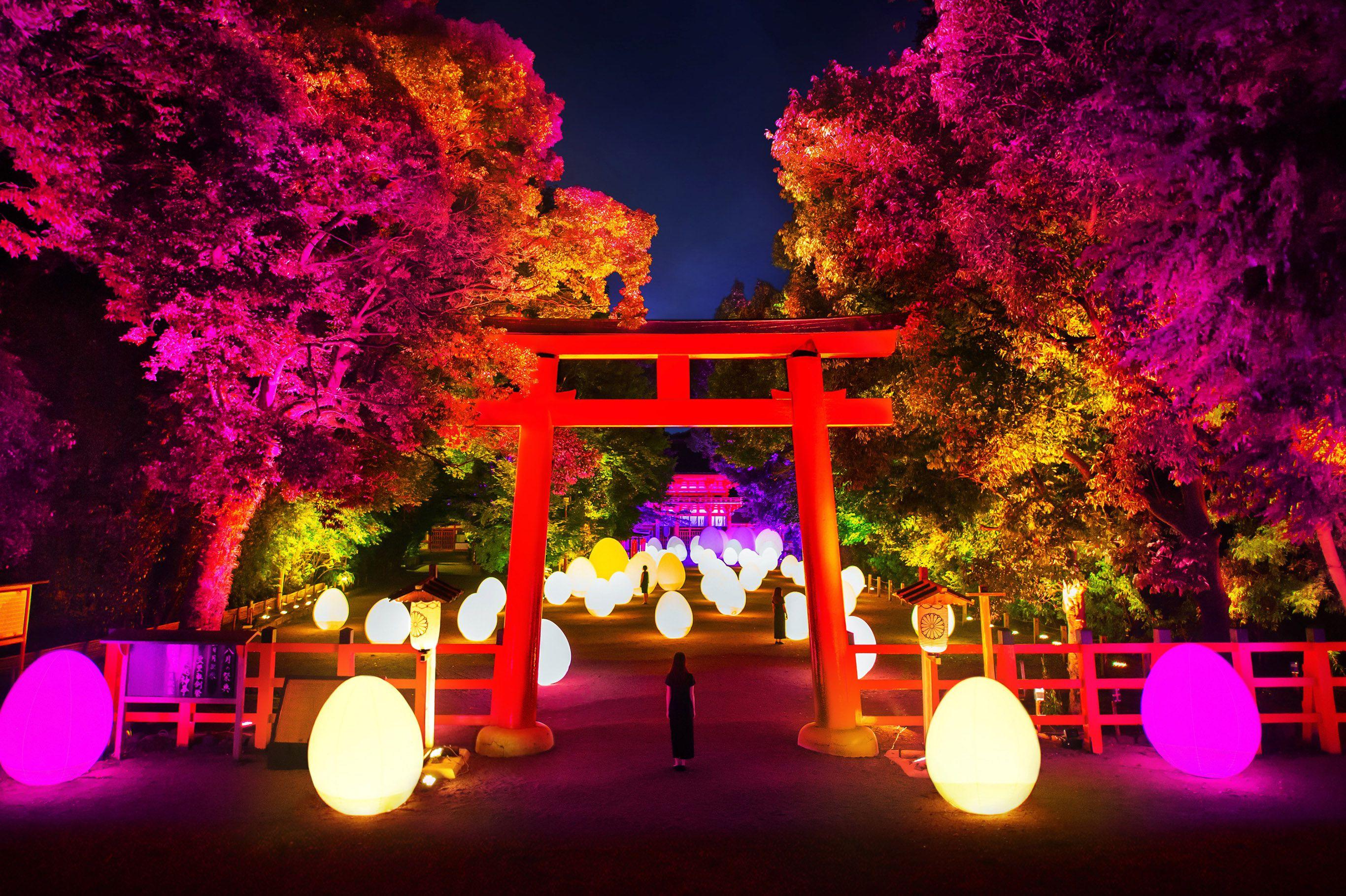 下鴨神社では、糺の森の参道、楼門内を舞台に光のインスタレーション作品を展示。
