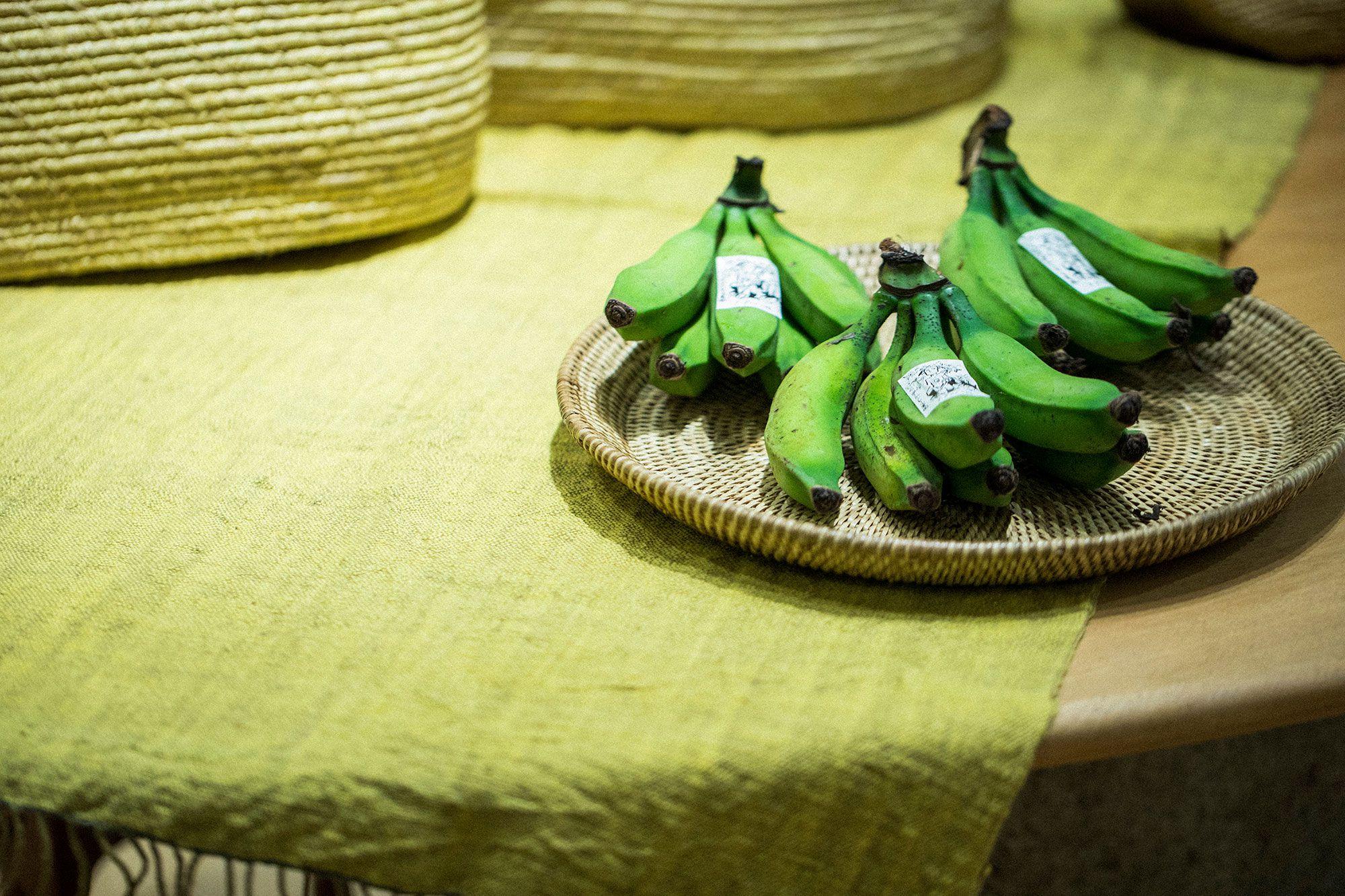移り住んだ石垣島に、ヨーガン レール農園も作った。時折、無農薬で育てられた農作物がババグーリ清澄本店に届く。この日は島バナナ。
