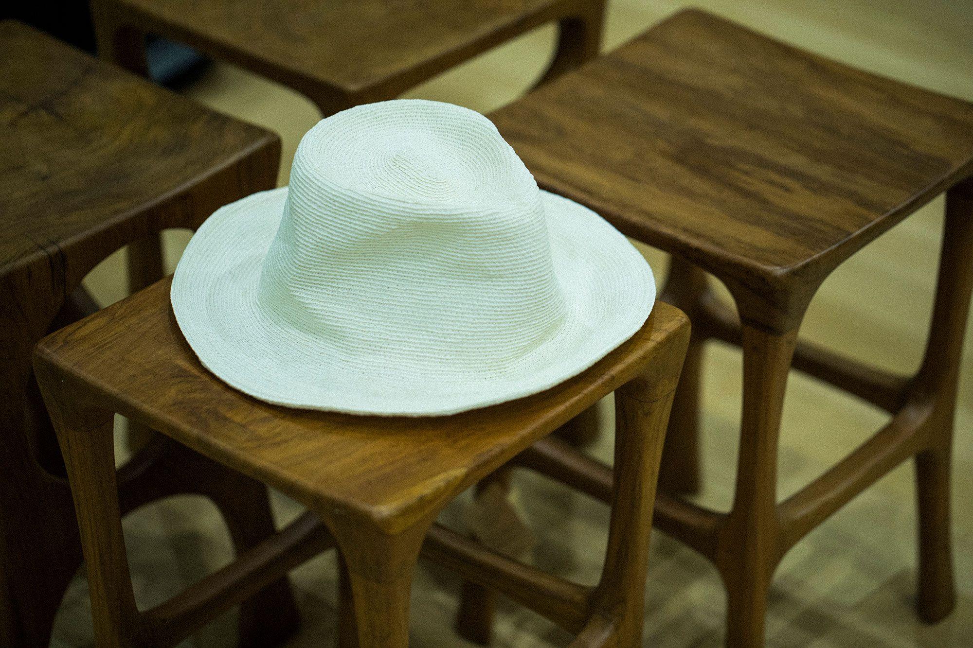 細い紐状になった和紙を手がけのミシンで繊細に縫い上げた、ペーパーブレードの帽子。かぶるとふんわりと軽く、しっくりと頭になじんでくれる感触がうれしい。24,840円(税込)