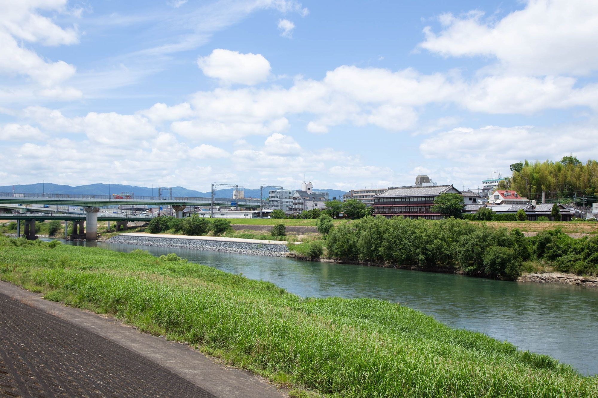 染司吉岡的工坊位於宇治川河畔