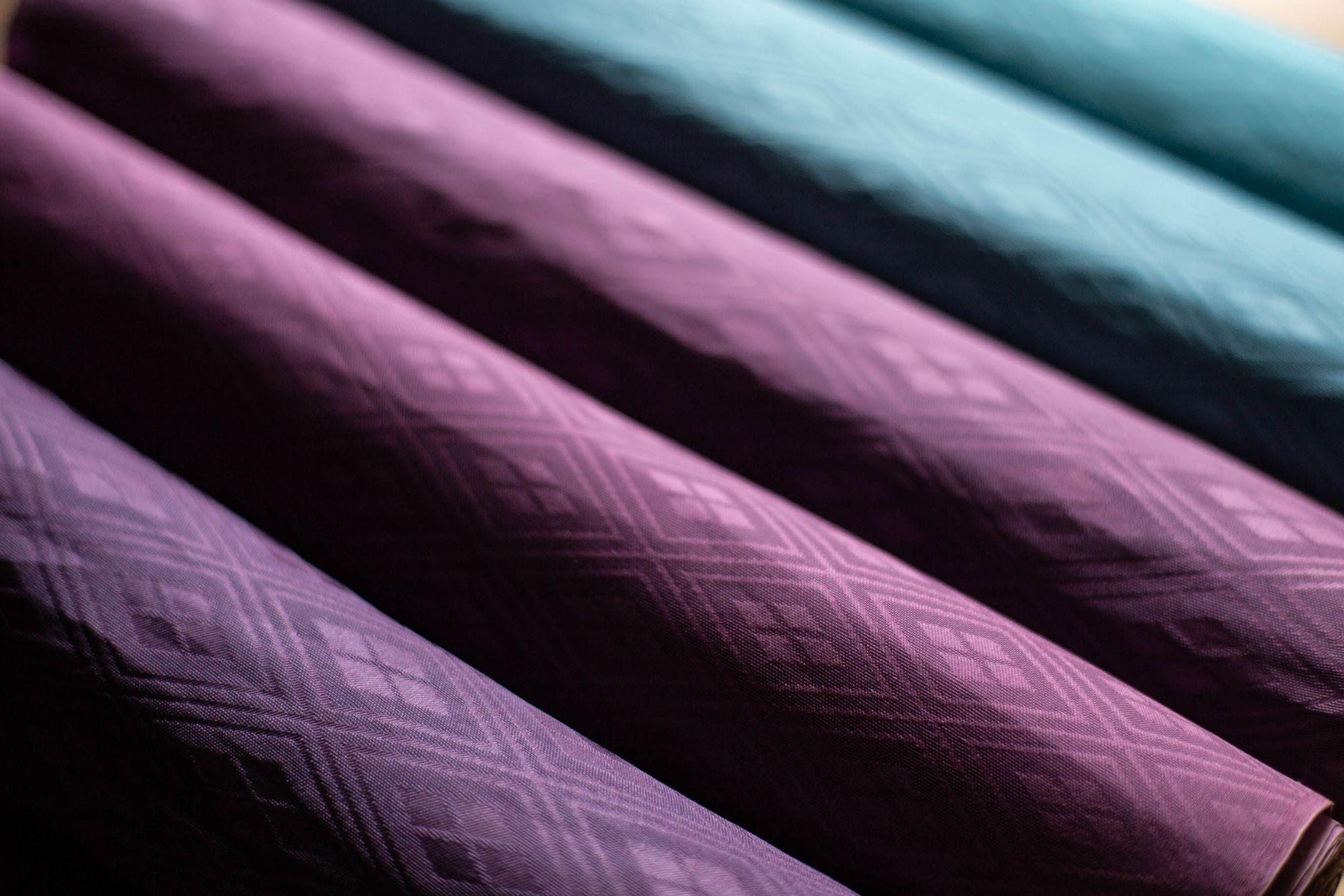 二藍(ふたあい)の色見本の絹布。二藍とは藍と紅の濃淡で染める色相。平安時代の貴族は、夏は若い人ほど紅花が強い赤紫、年輩になると藍が主体の青系と、様々な色相の二藍の直衣(日常着)を着ていた。