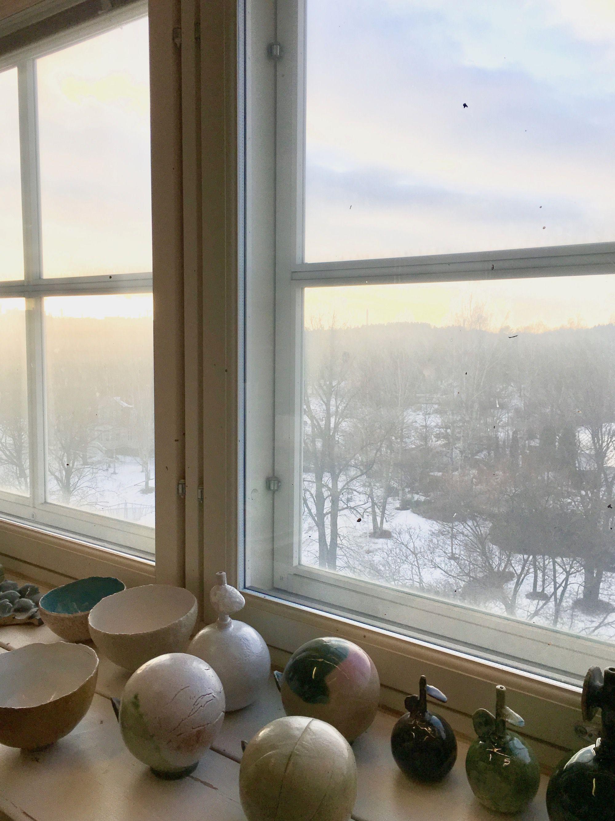 今年2月、ヘルシンキ、アラビアの一角にある石本藤雄のアトリエで。雲間から差し込んだ光を眺めつつ、この窓から石本さんが眺める四季の風景を想像した。