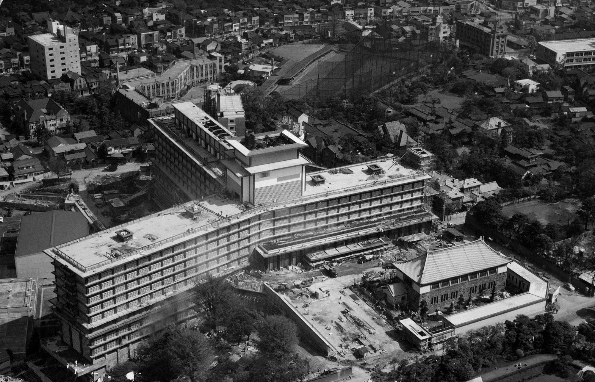 1年半の工期を経て完成したホテルオークラの全景。東翼、南翼、北翼の三翼からなる三ツ矢式建築はホテル初。
