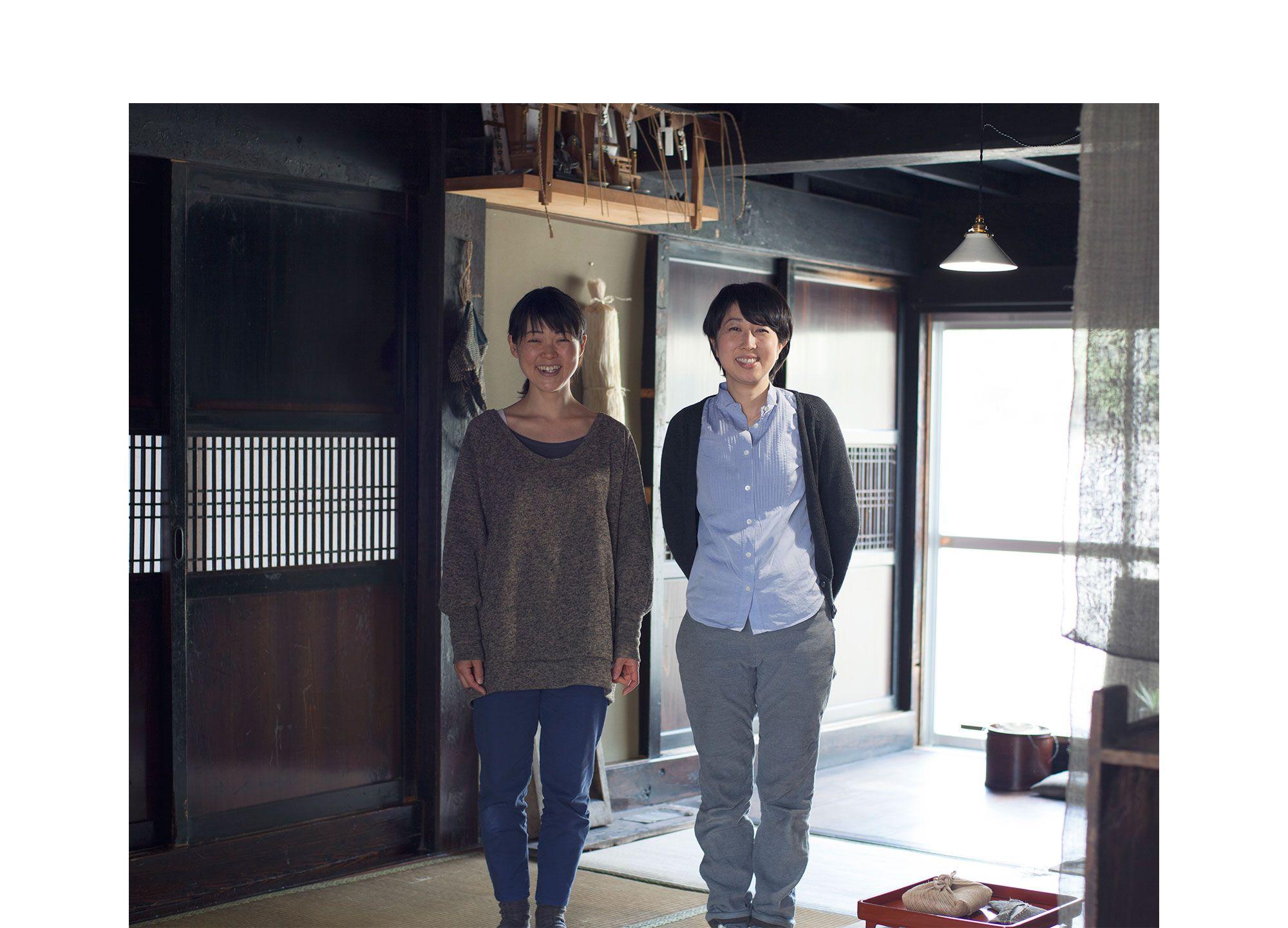 「渡し舟」のギャラリーである古民家。渡辺悦子(左)と舟木由貴子(右)。Photography by Jun Nakagawa