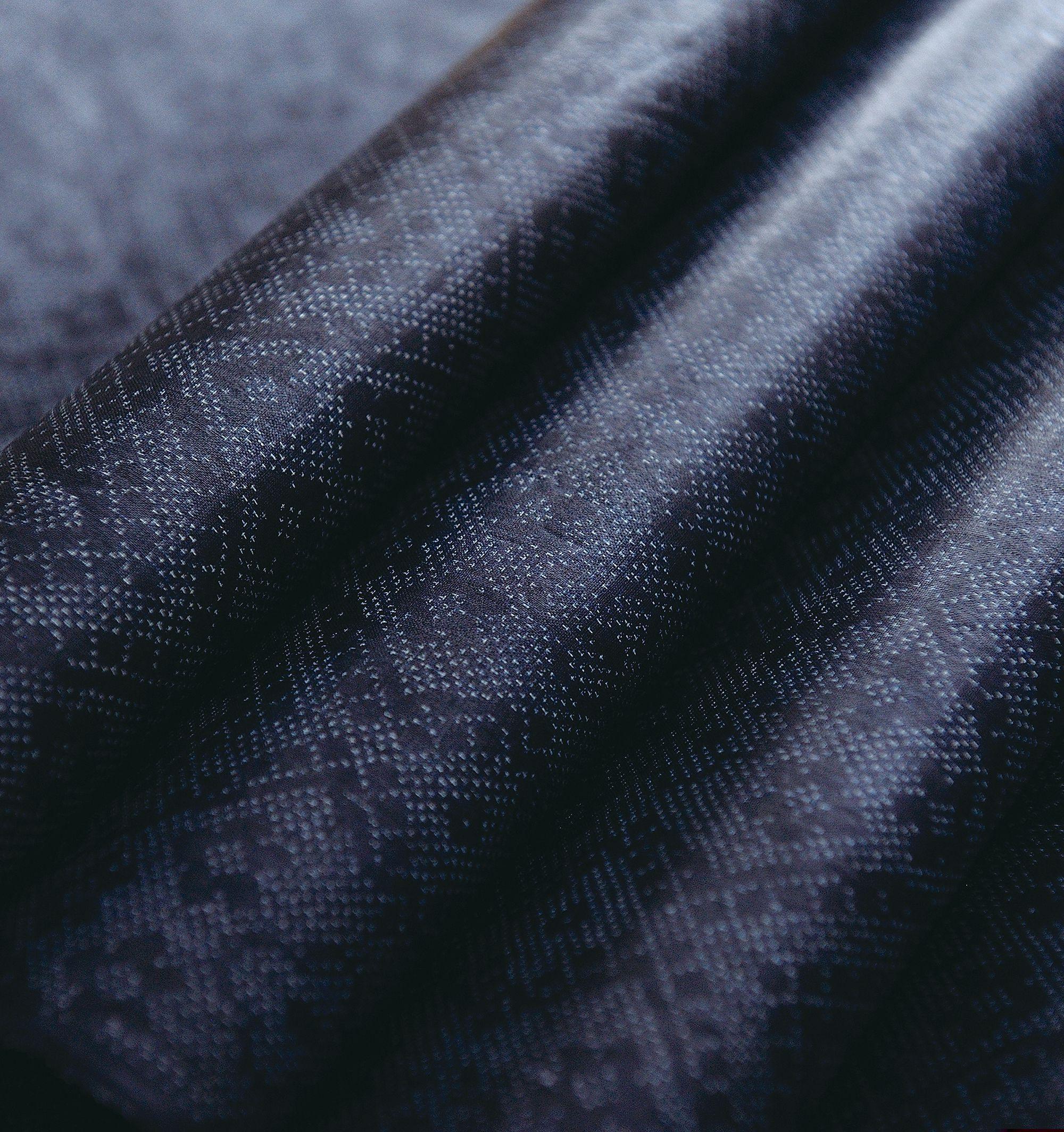 代表的な宮古上布として知られる紺上布。苧麻の糸を藍で染め、白く小さな十字絣で文様が構成される。写真提供:NPO法人織の海道実行委員会