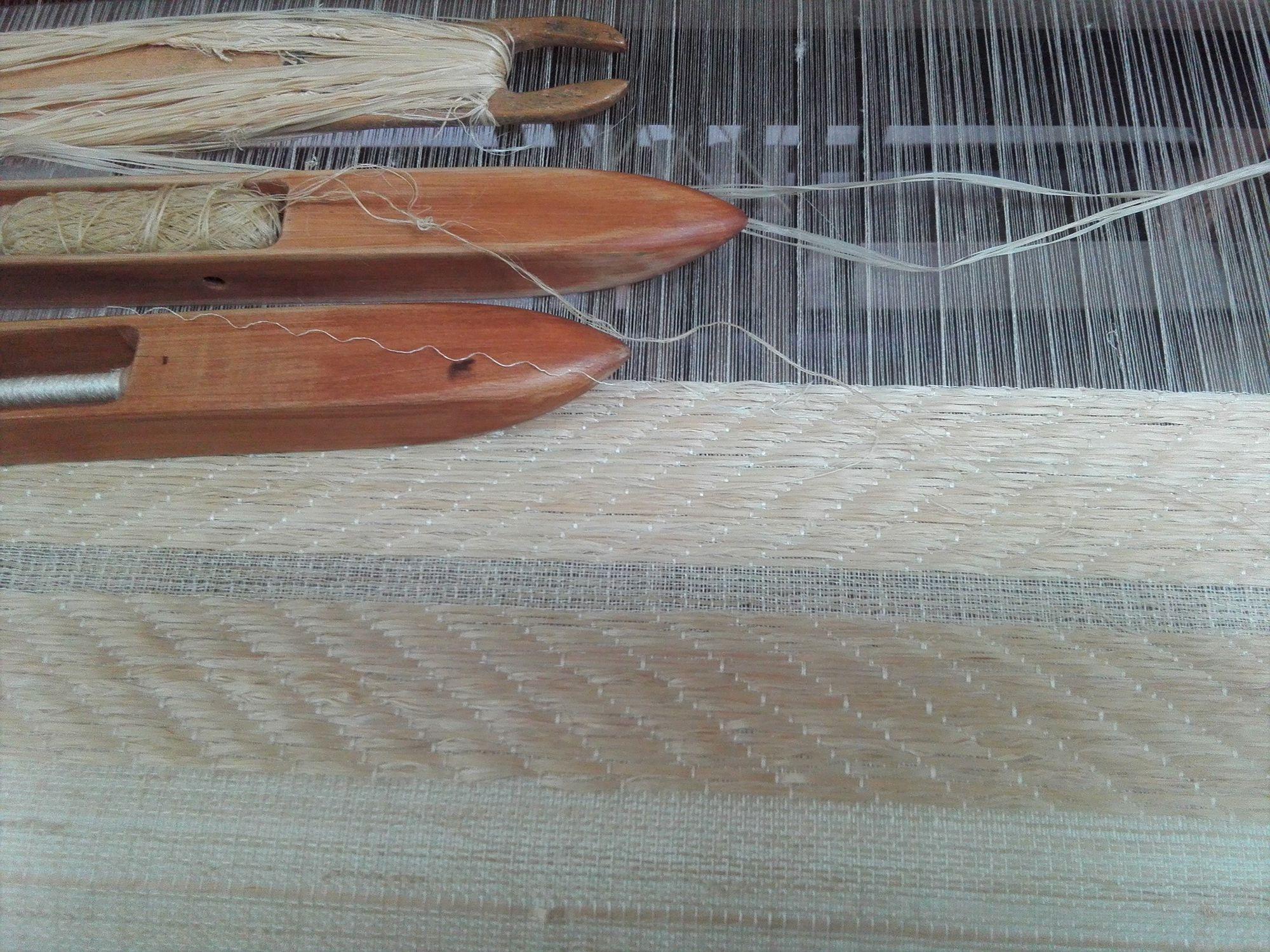 昭和村のからむしの光沢を生かすために、繊維を裂いて糸にせず、繊維のまま織り込んだ。写真提供:紅露工房