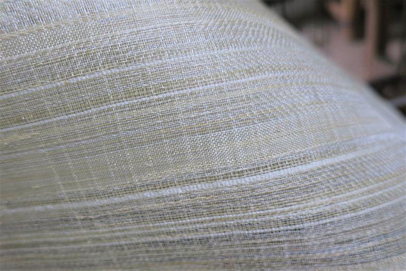 昭和村のからむしを手績みした糸で織り上げた布。真珠のような光沢を放つ糸がこの布の主役だ。Photography by Takayo Moriyama
