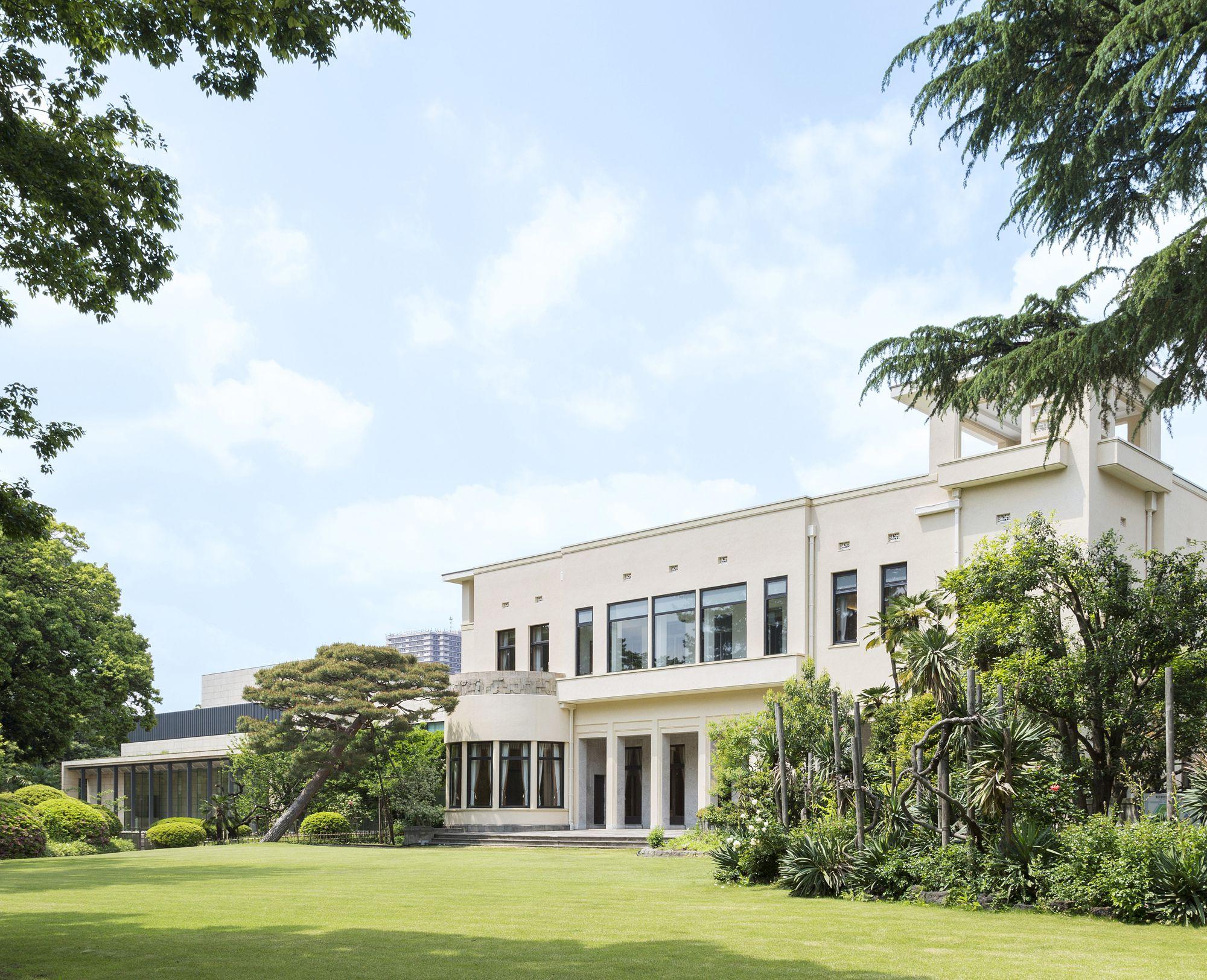 庭園から、緑に囲まれた東京都庭園美術館を臨む。