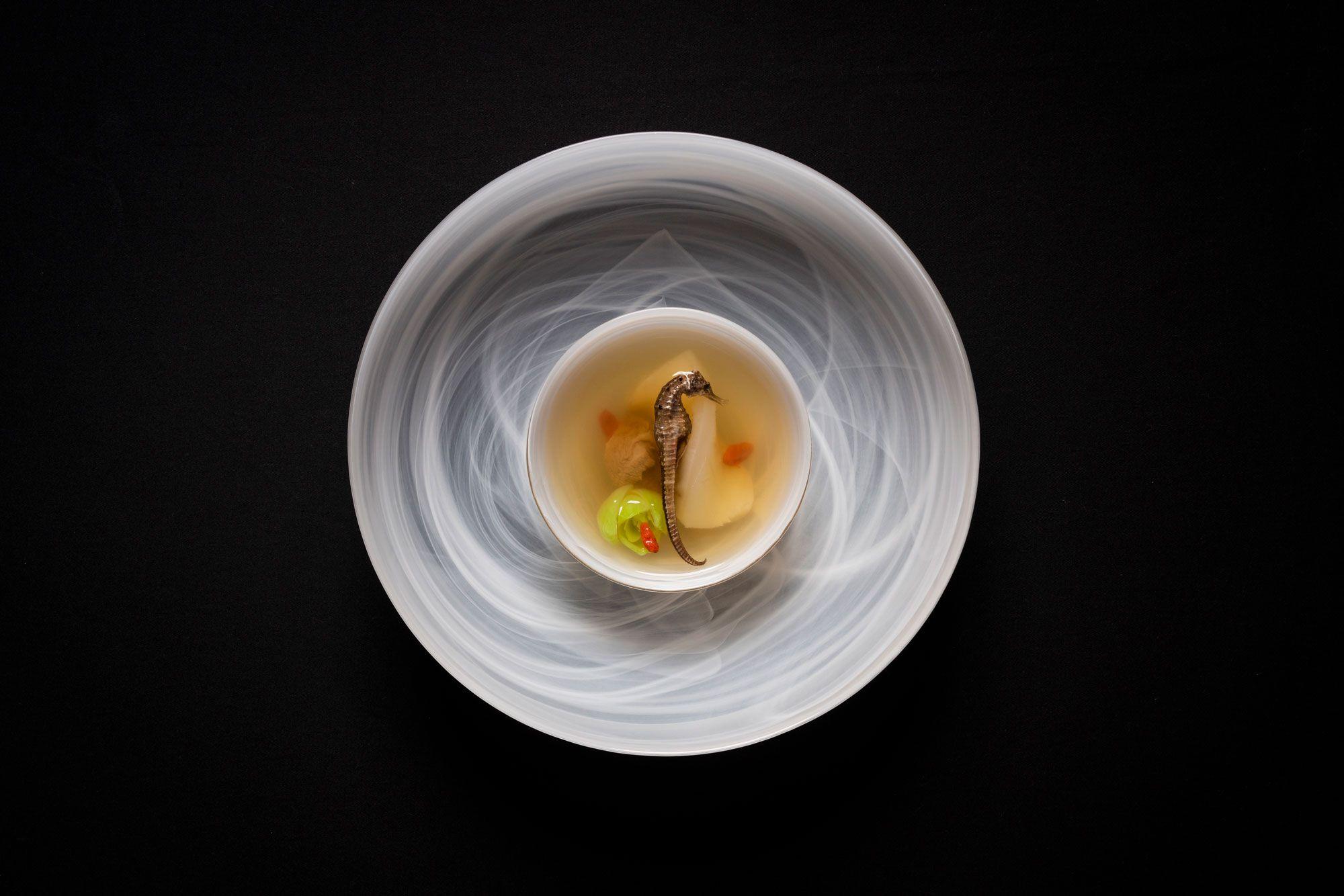 ザ・リッツ・カールトン広州では、中国料理のスターシェフ3人がコラボするシックスハンズディナー。アーティスティックな6品が供される。