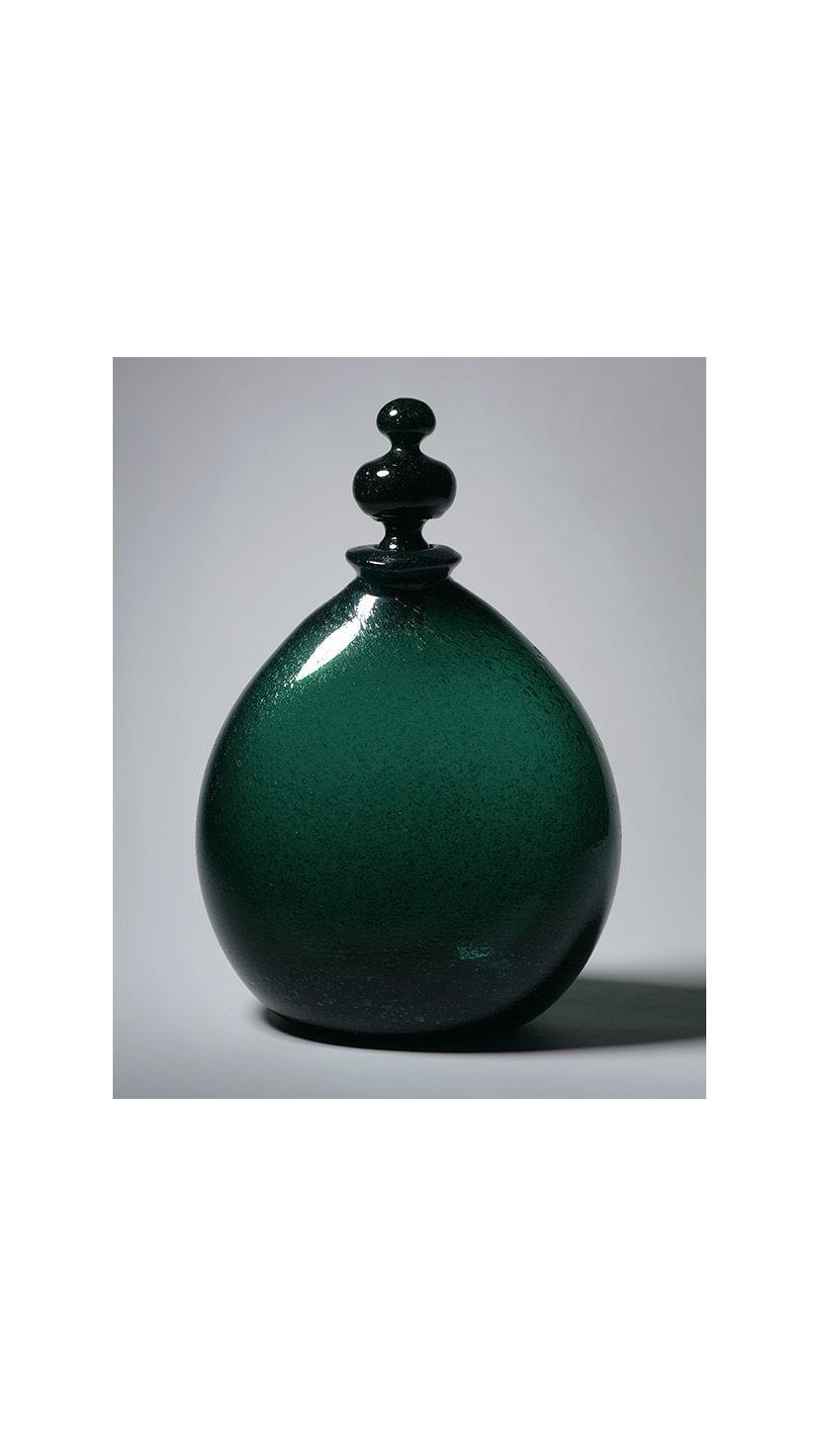 """気泡を含んで深い海の底を思わせる""""小谷ブルー""""の瓶。"""