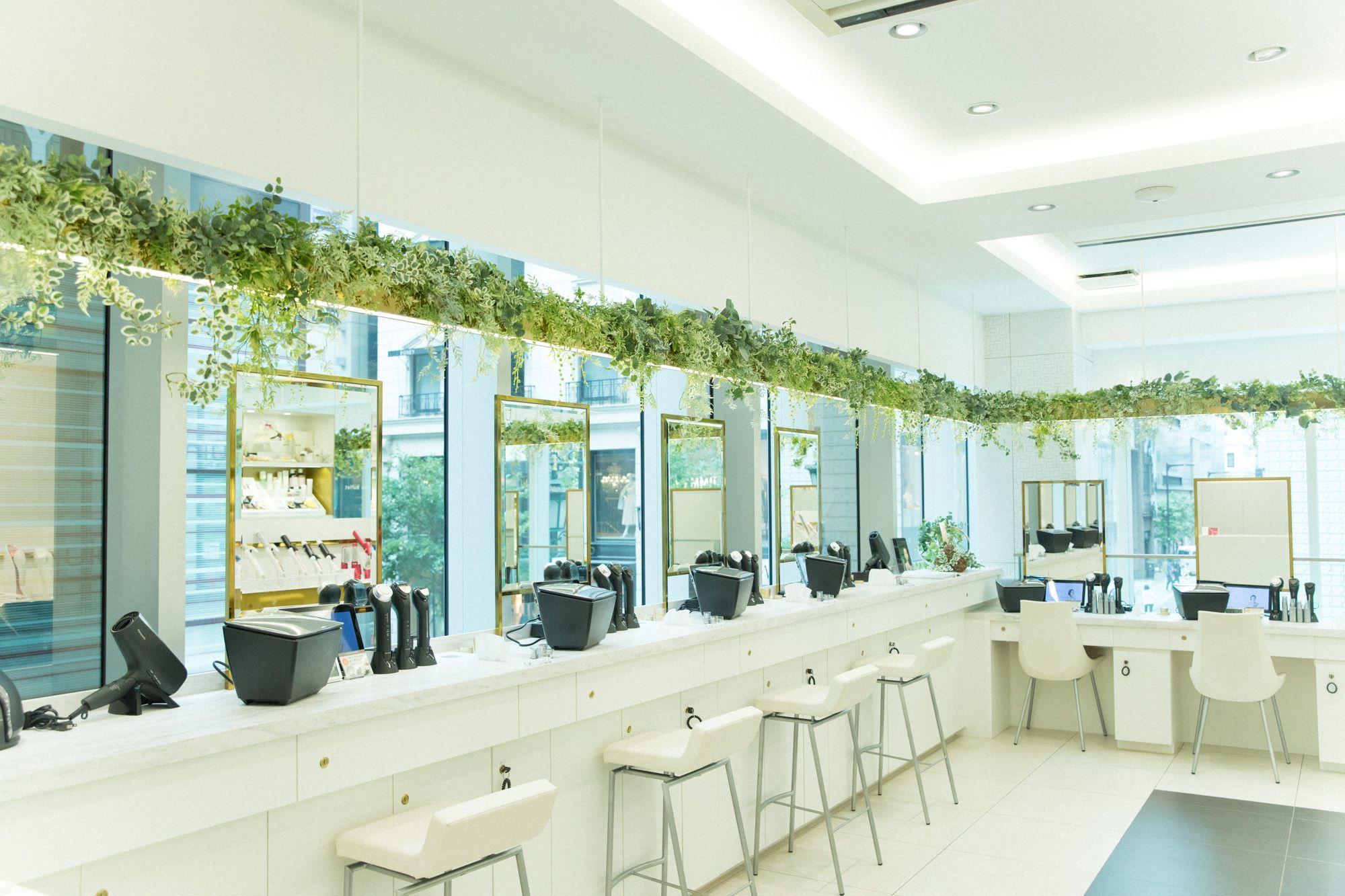 公式サイトと限られた店舗でしか購入できない「Panasonic Beauty PREMIUM」がずらりと並ぶ2階。試してみて、すぐ購入する人も多い。