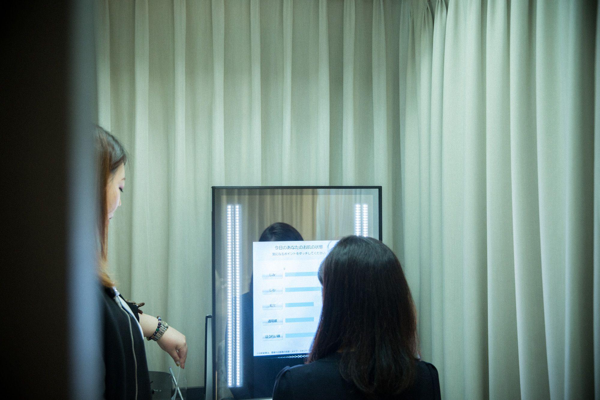 鏡に向かって撮影するだけで肌の状態をチェックできる「スノービューティミラー」はまさに魔法の鏡。1階にも設置されており、希望者はいつでも使用できる。
