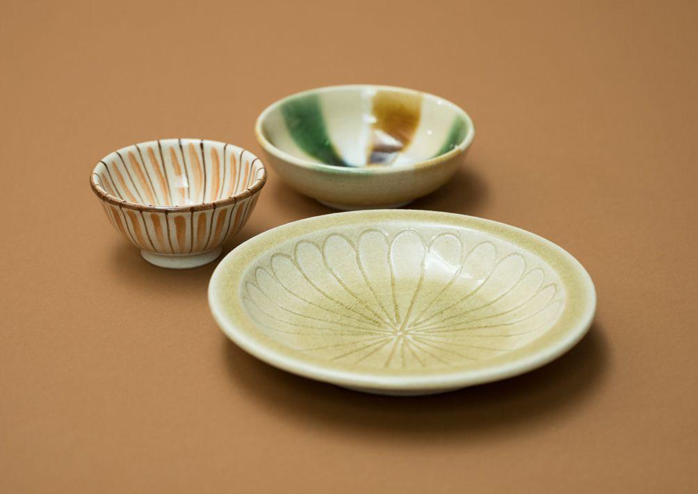 瀨戶本業窯/(從後側起)三彩湯羹缽、麥藁手茶碗、黃瀨戶石皿。瀨戶本業窯在瀨戶已延續了300年左右,基於民間工藝的思想理念,製作、銷售瀨戶燒。 Photography Shinpei Kato